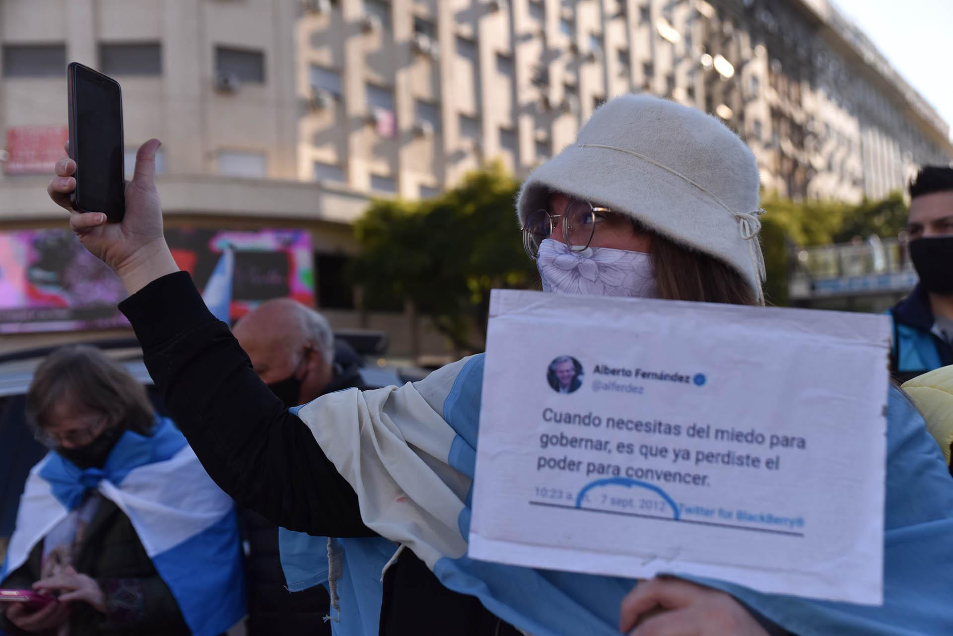 """Tras los anuncios del viernes 14 de agosto, el presidente Alberto Fernández prorrogó por décima vez el Aislamiento """"Social, Preventivo y Obligatorio"""" (ASPO) en la Argentina, desde que fue implementado por primera vez el 20 de marzo último como una de las medidas para enfrentar la pandemia del COVID-19. Varias personas están desacuerdo y por eso decidieron manifestarse hoy (Franco Fafasuli)"""