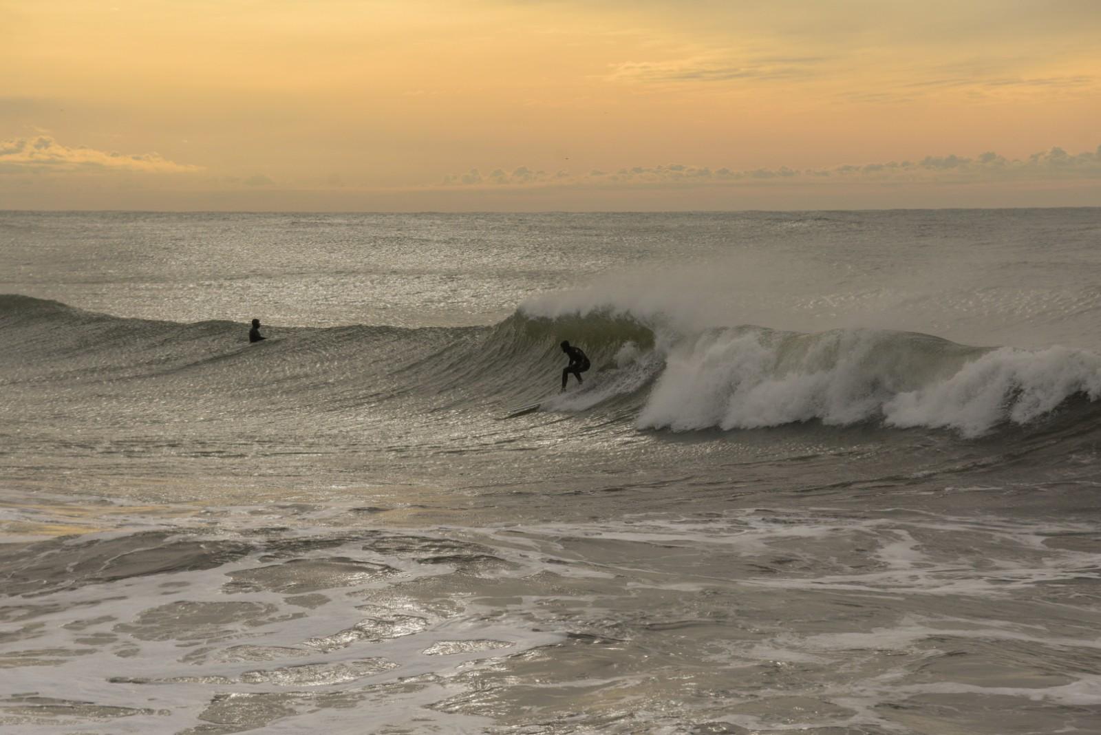 Una buena ola que debió esperar 110 días para ser aprovechada por un surfer.