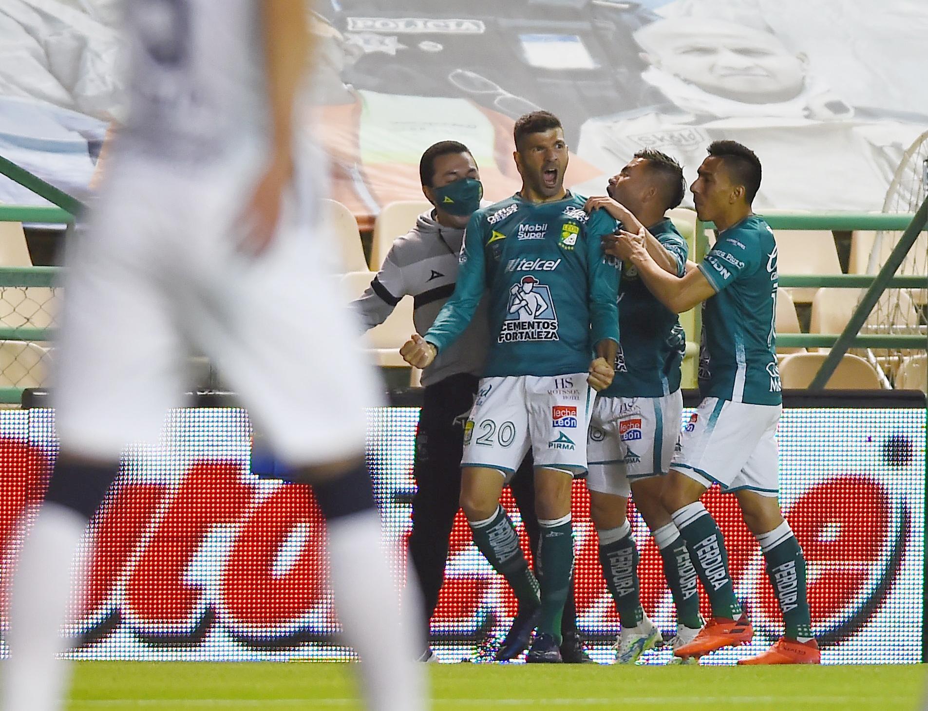 En el minuto 11, Emmanuel Gigliotti de León celebra su primer gol con sus compañeros. Estadio León, México. El 13 de diciembre de 2020.