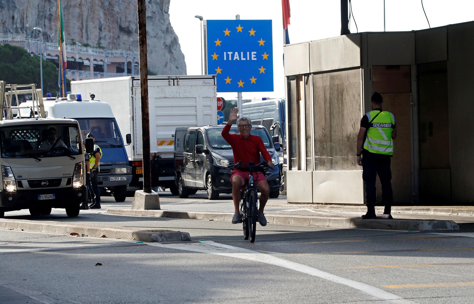 Un ciclista cruza la frontera entre Francia e Italia en el puesto de Saint-Ludovic