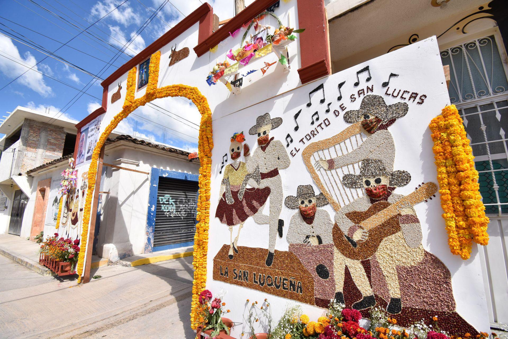 En Tixtla solo dos barrios elaboraron los famosos arcos decorativos por el Día de Muertos, esto a pesar del llamado de las autoridades de que se cancelarán los eventos que pudieran convocar a muchas personas, debido a la pandemia de Covid-19.