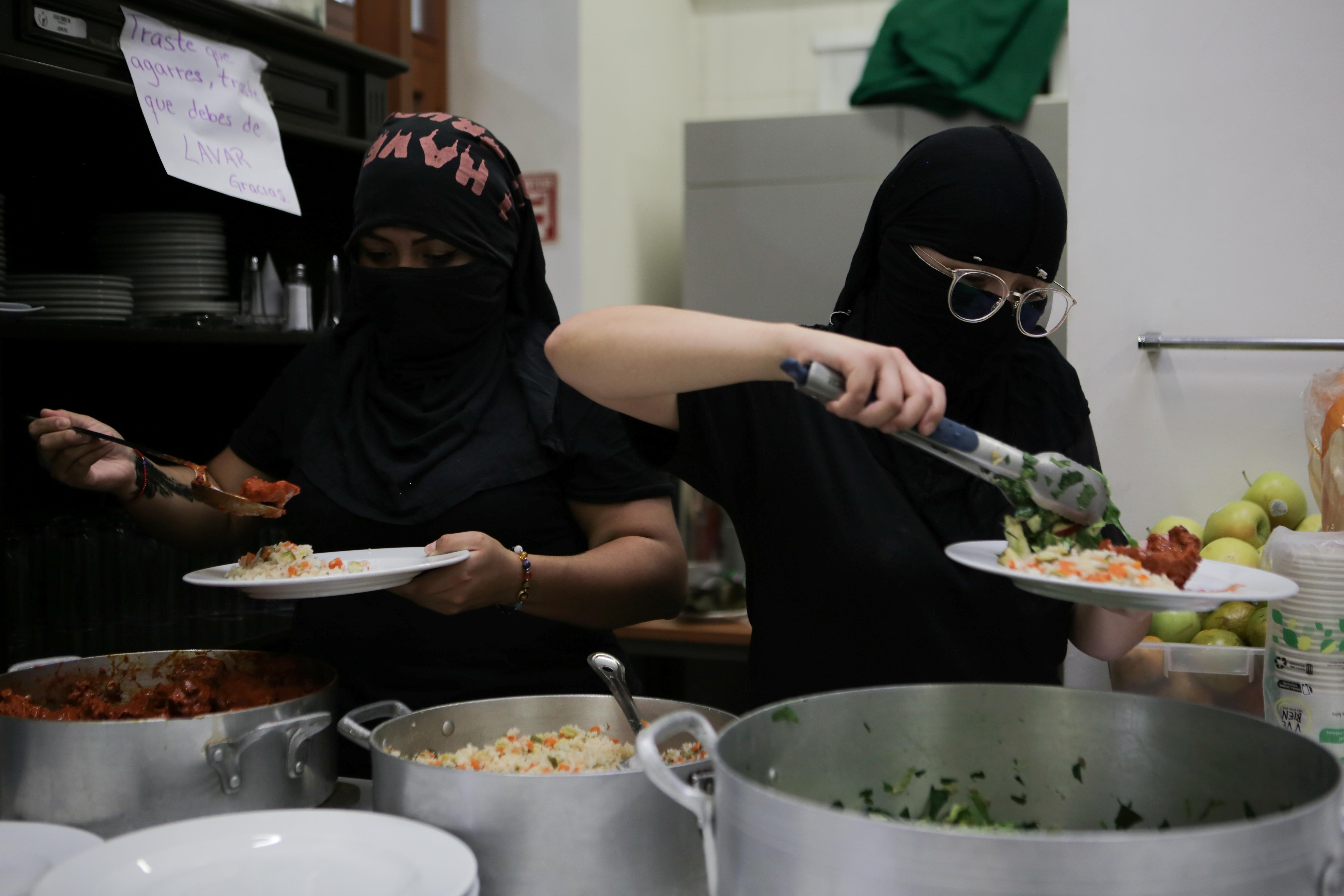 Integrantes de un colectivo feminista sirven comida durante la hora del almuerzo mientras se apoderan de las instalaciones del edificio de la Comisión Nacional de Derechos Humanos, en apoyo a las víctimas de violencia de género, en la Ciudad de México, México, 10 de septiembre de 2020. Fotografía tomada el 10 de septiembre de 2020.