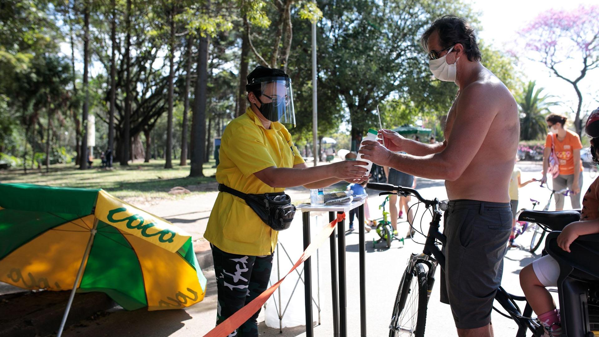 Un hombre se desinfecta las manos en un parque (Patricia Monteiro/Bloomberg)