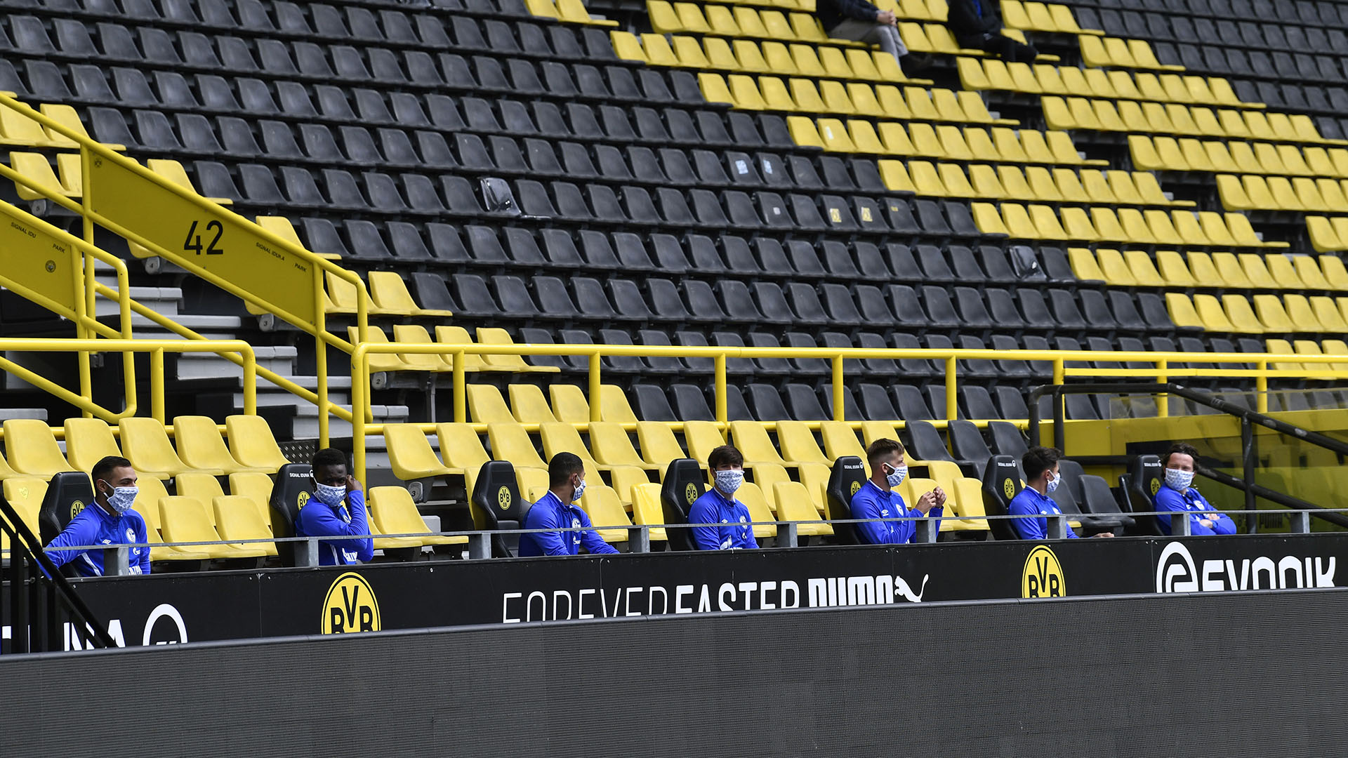 Schalke 04's bench of substitutes (AP Photo / Martin Meissner, Pool)