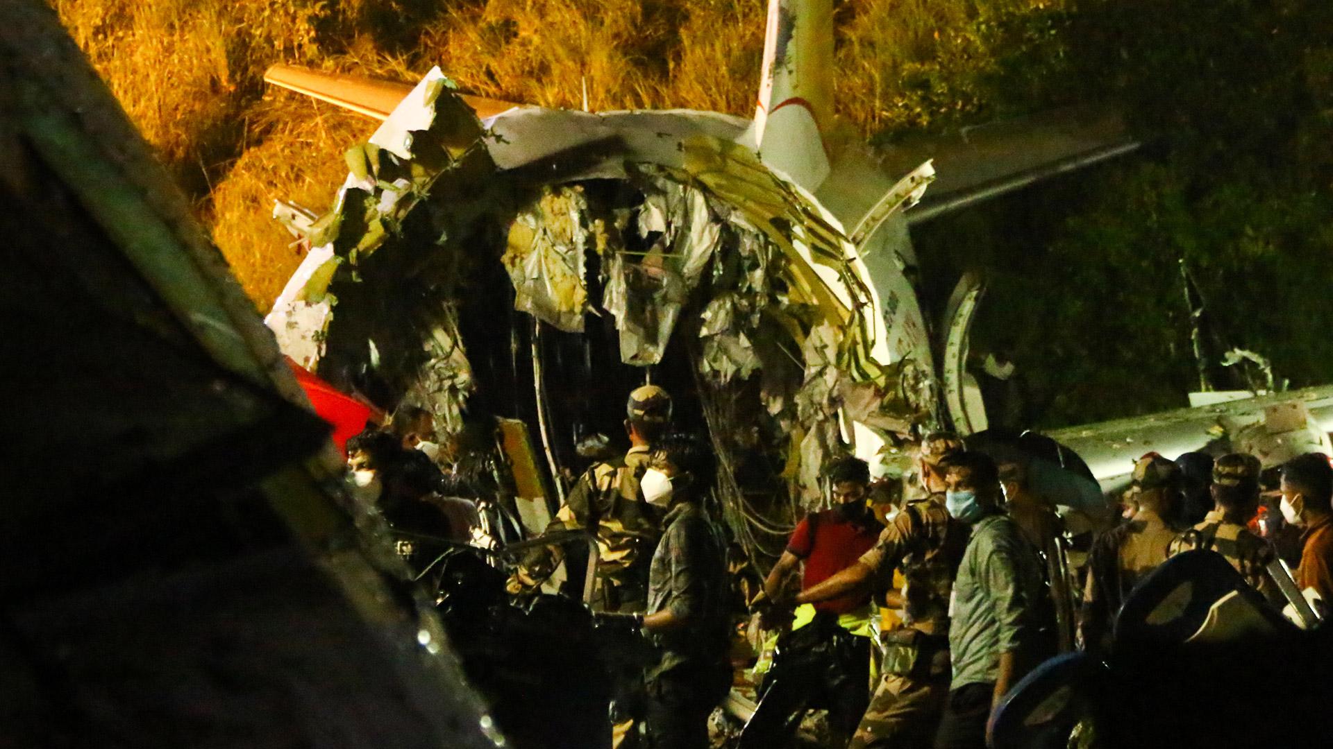 Rescatistas inspeccionan parte del avión de Air India Express que se estrelló este viernes en la región India de Kerala. Foto: Favas JALLA / AFP