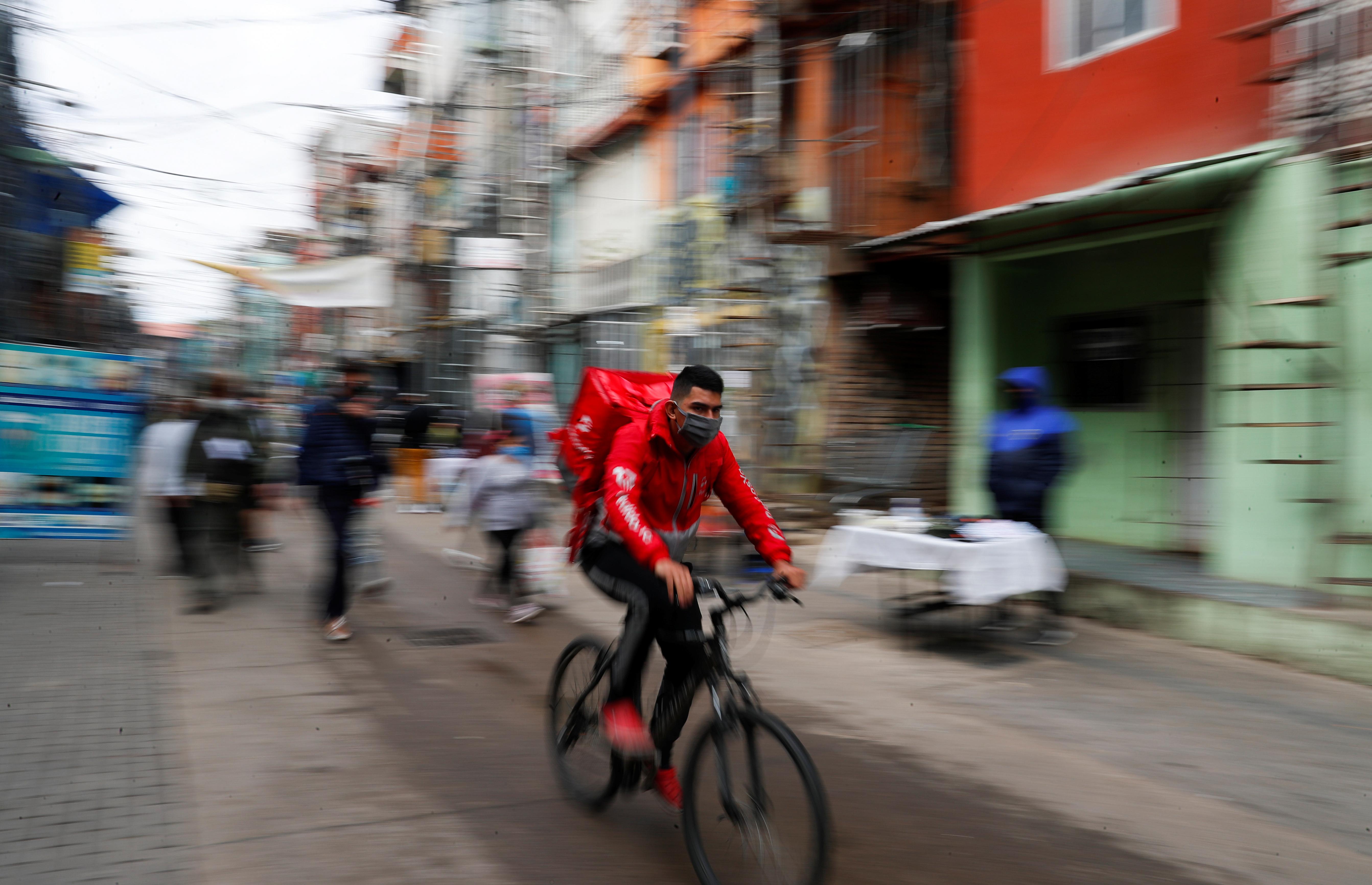 Una imagen habitual en cuarentena: el delivery REUTERS/Agustin Marcarian