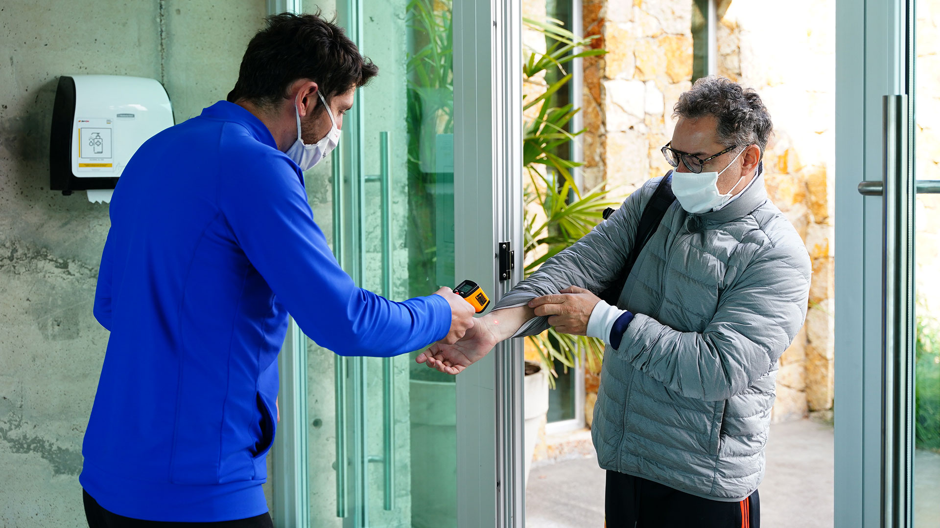Un socio cumpliendo con el protocolo de ingreso y control de la temperatura.
