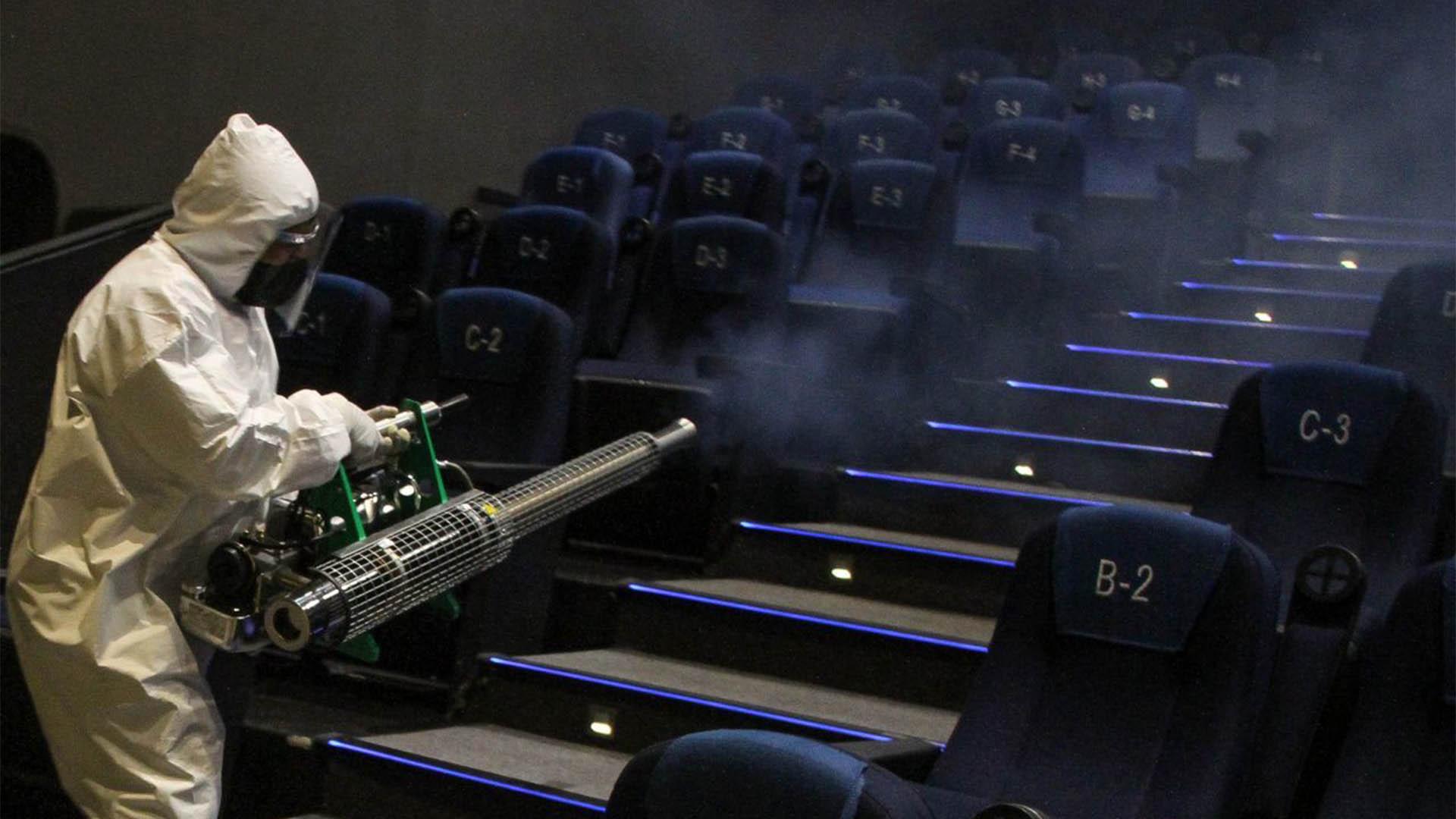 Las salas son sanitizadas antes de cada función y los asientos cuentan con la separación para la sana distancia (Foto: Cuartoscuro)