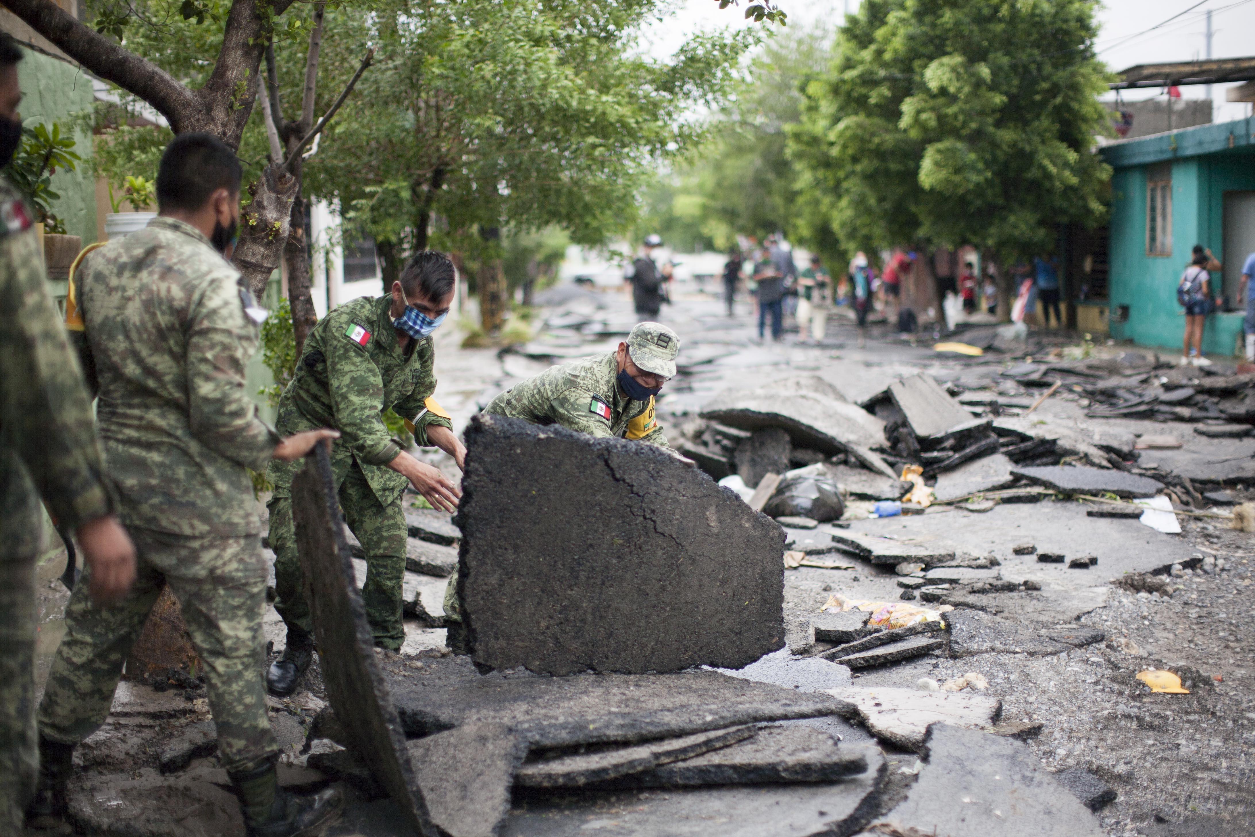Miembros del ejército mexicano realizan trabajos de limpieza después de las fuertes lluvias dejadas por la tormenta Hanna en el área metropolitana de Monterrey, estado de Nuevo León, México, el 27 de julio de 2020.