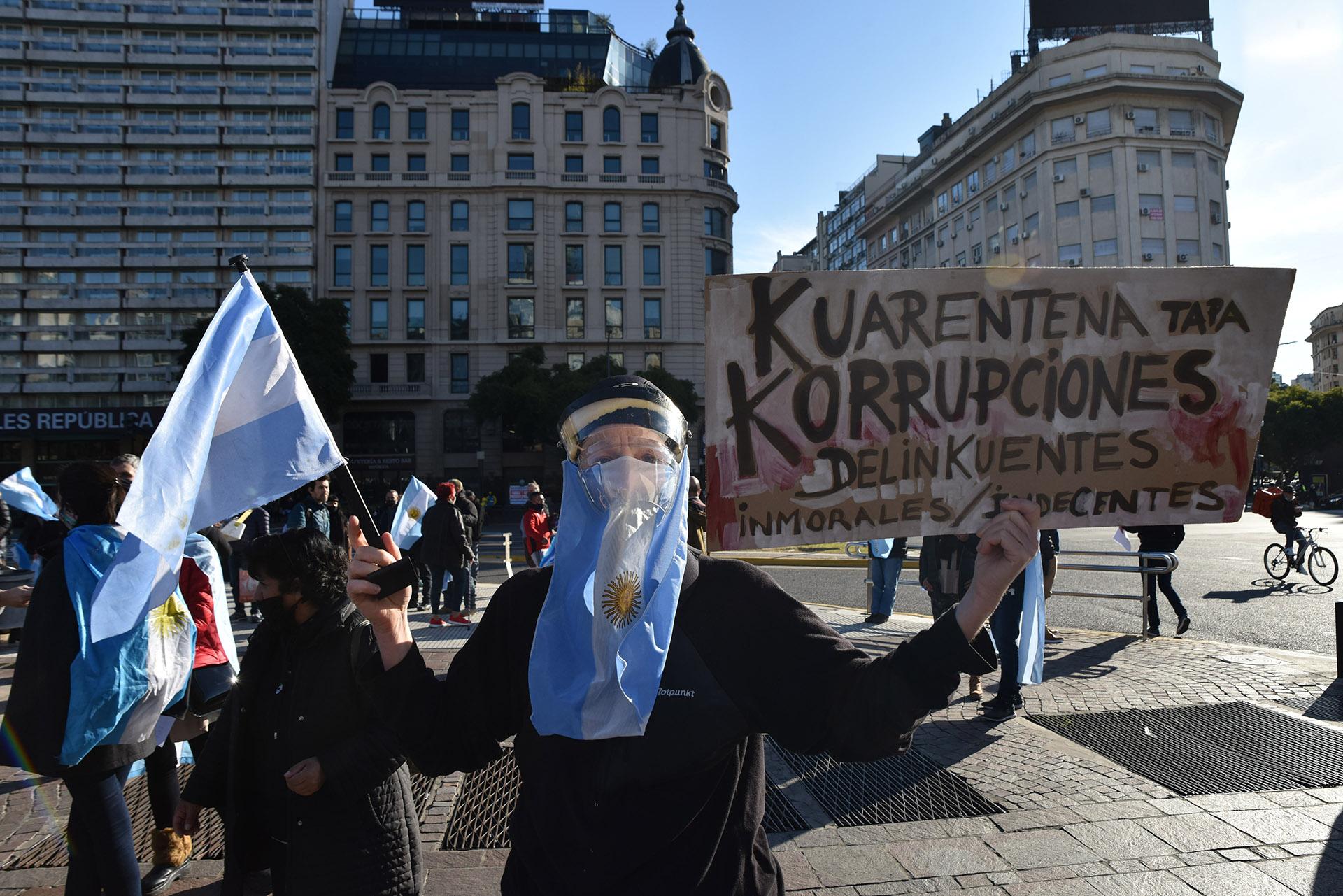 Muchos de los ciudadanos que salieron a manifestarse mostraron su posición política en las pancartas