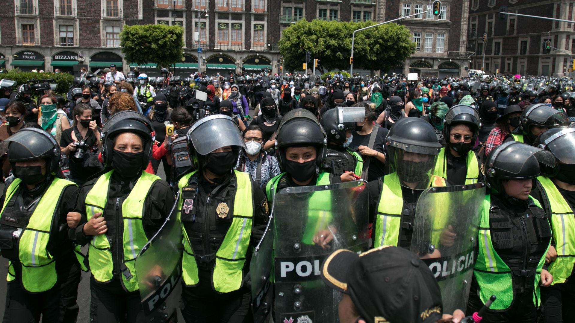 Con un fuerte operativo policial se desarrollo la marcha feminista en contra de la resolución en contra de la propuesta para la despenalización del aborto en Veracruz por parte de la Suprema Corte de Justicia de la Nación (SCJN) (Foto: Cuartoscuro)