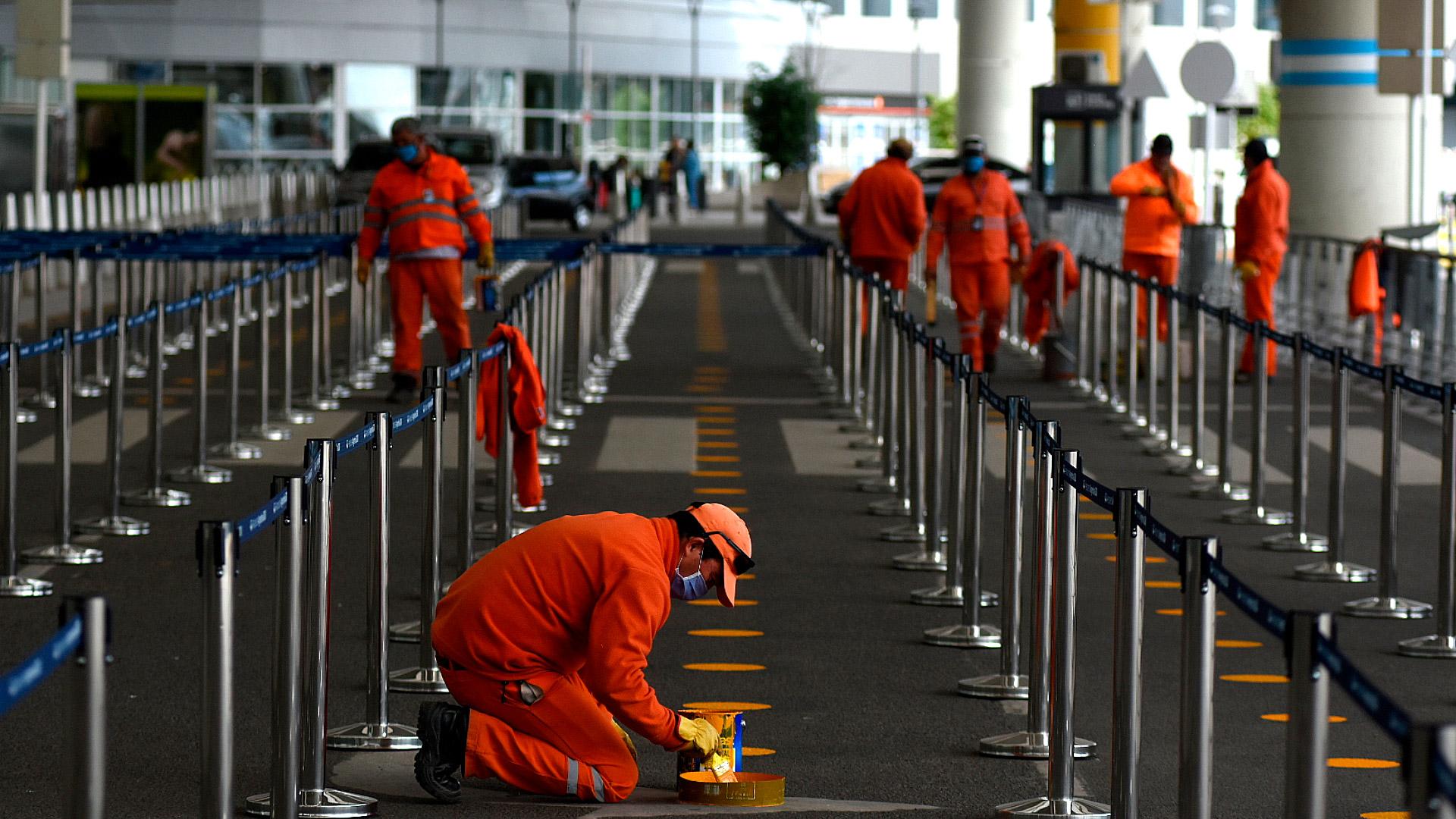 Si se completa la capacidad interior, las filas continuarán afuera, bajo el techo exterior de la terminal