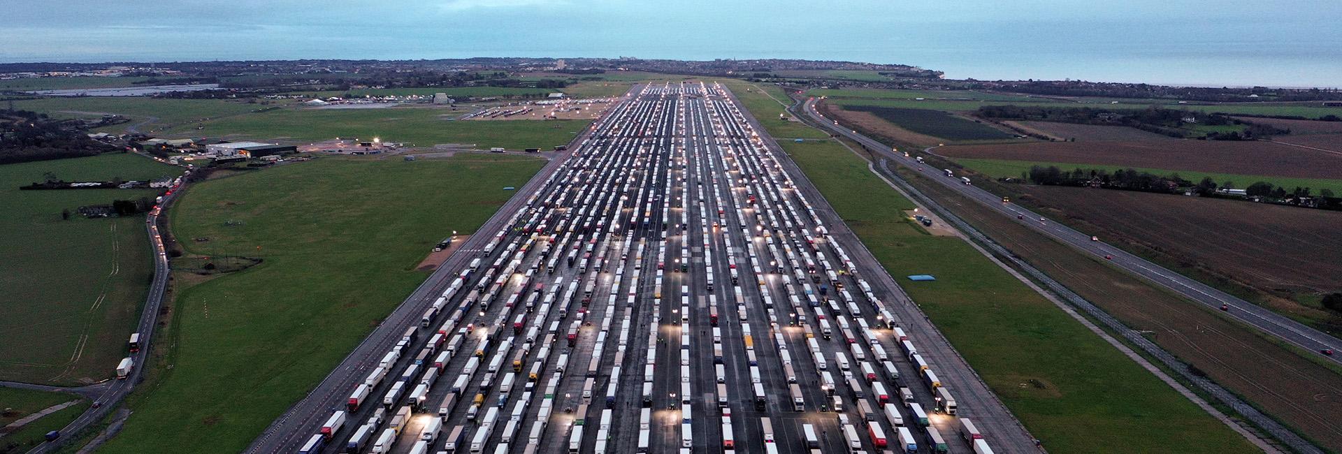 Camiones varados ante la suspensión del paso terrestre entre Reino Unido y Francia (AFP)