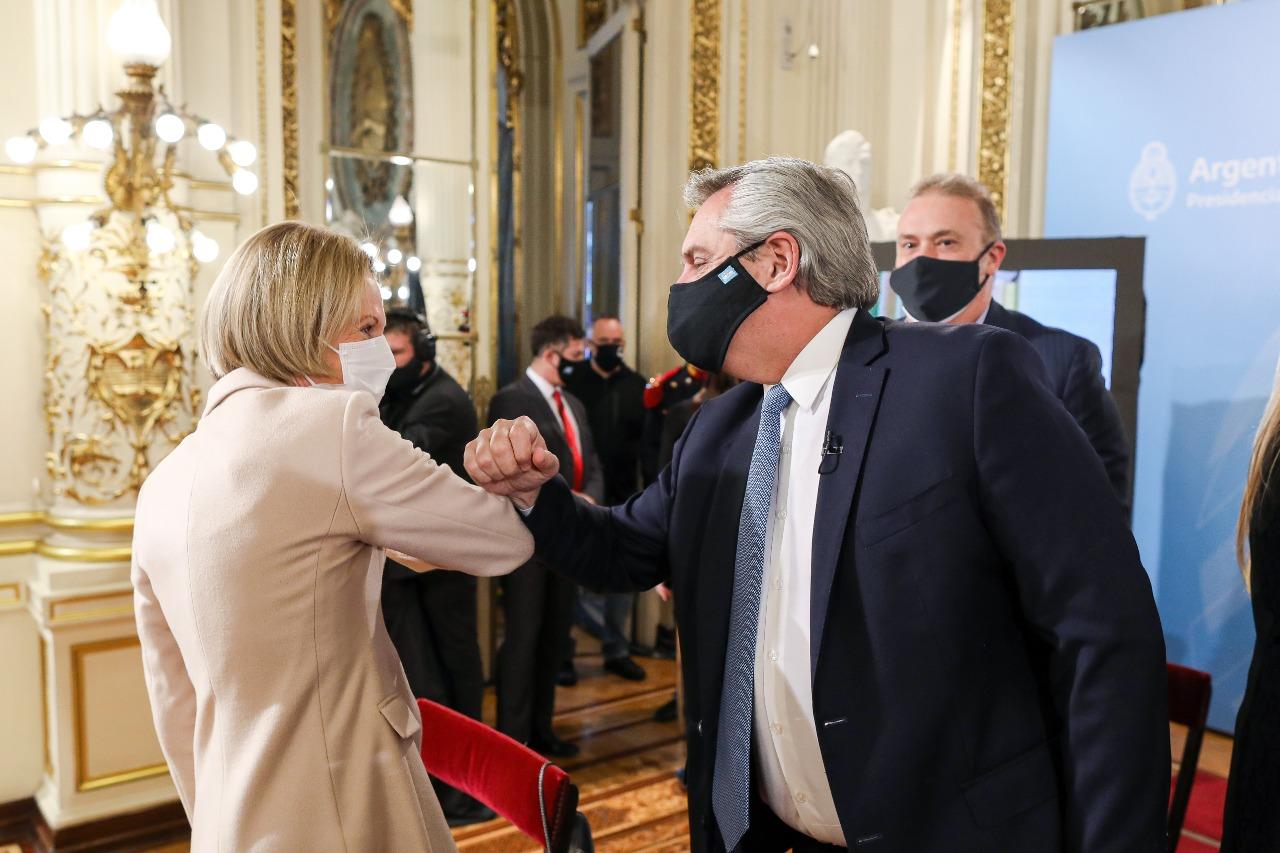 El Presidente junto a Inés Weinberg de Roca