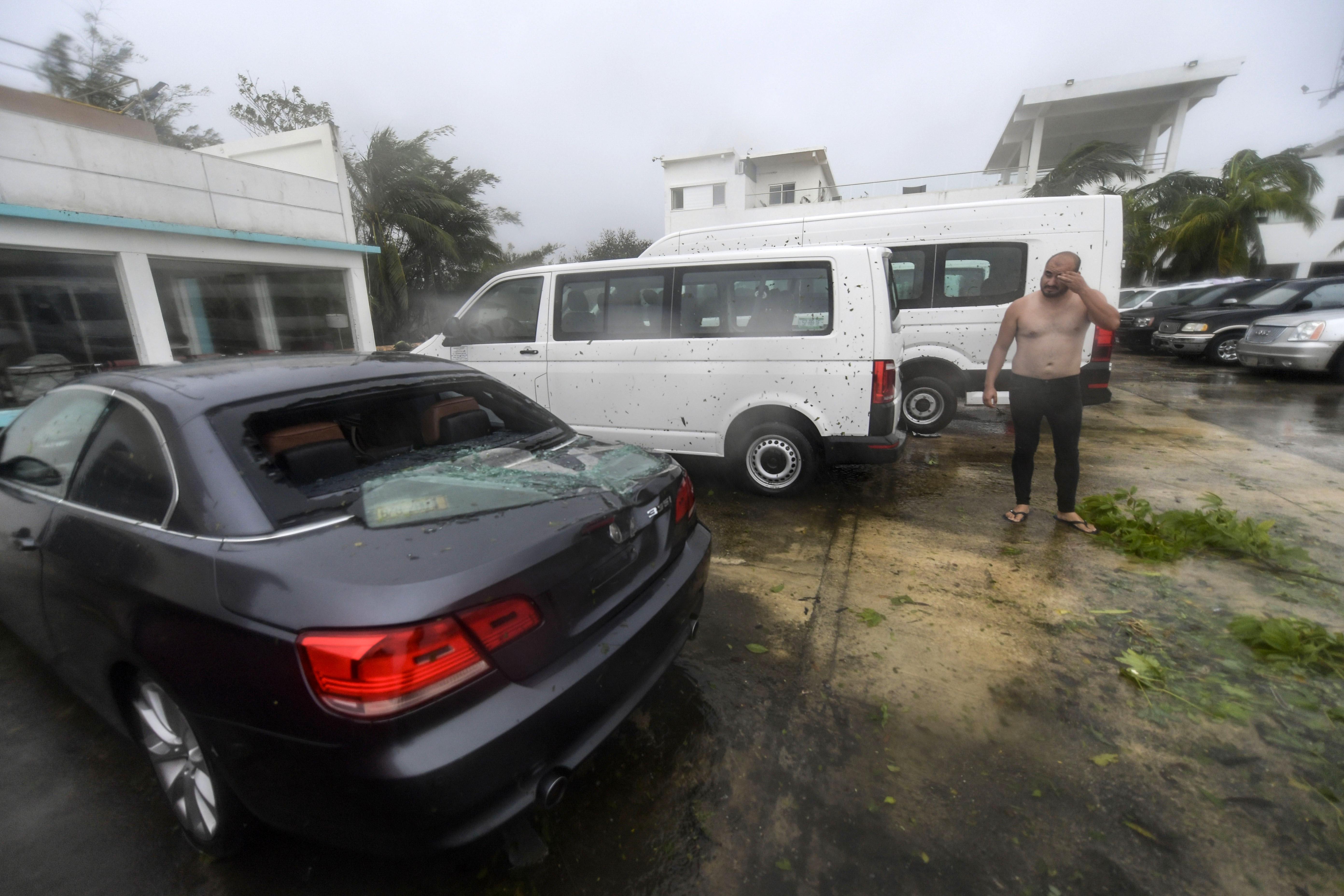 Un hombre reacciona junto a un automóvil averiado tras el paso del huracán Delta, en Cancún, estado de Quintana Roo, México, el 7 de octubre de 2020.