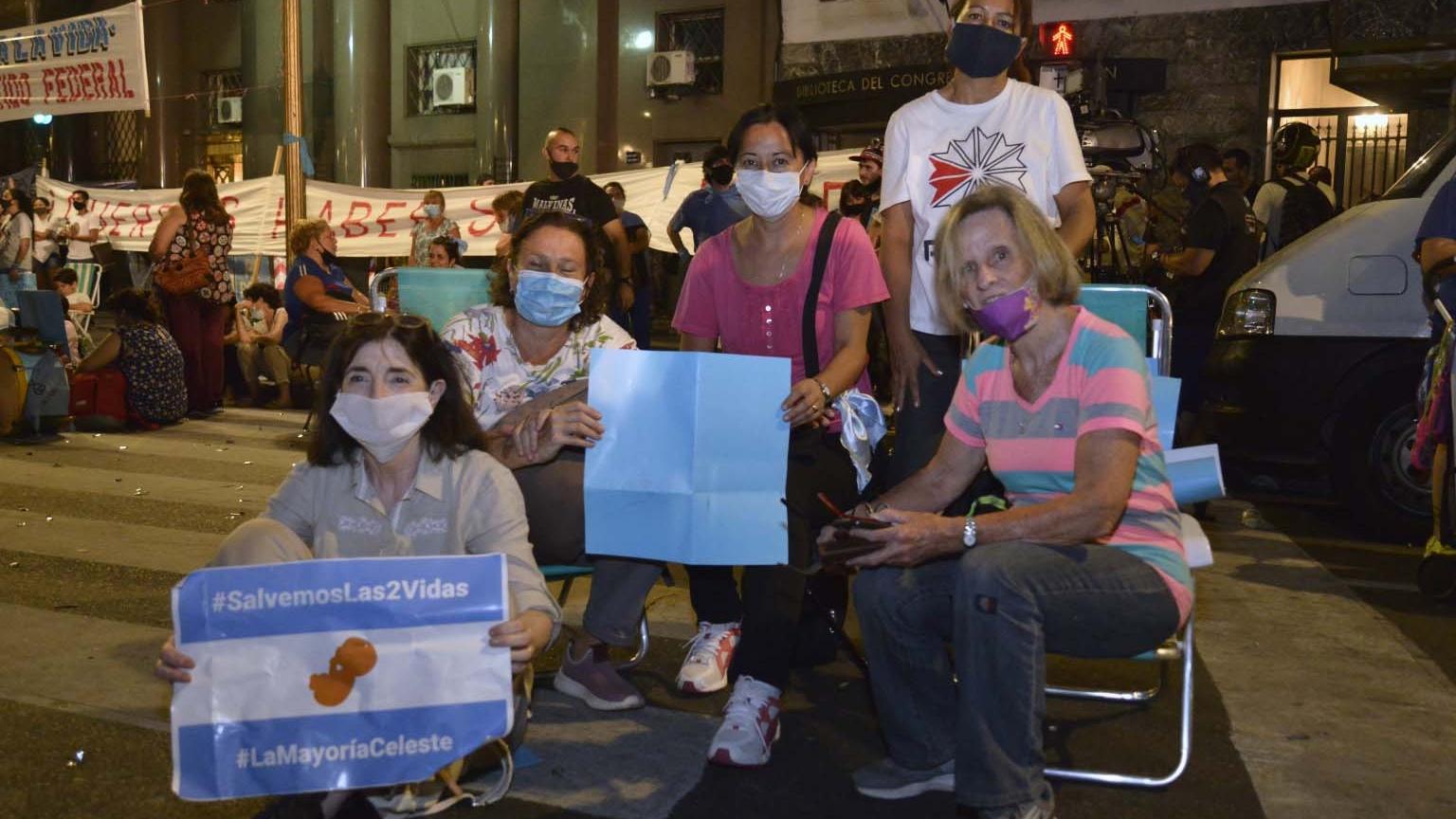 Sentadas en reposeras, mujeres de distintos puntos del país pasaron la noche frente al Congreso