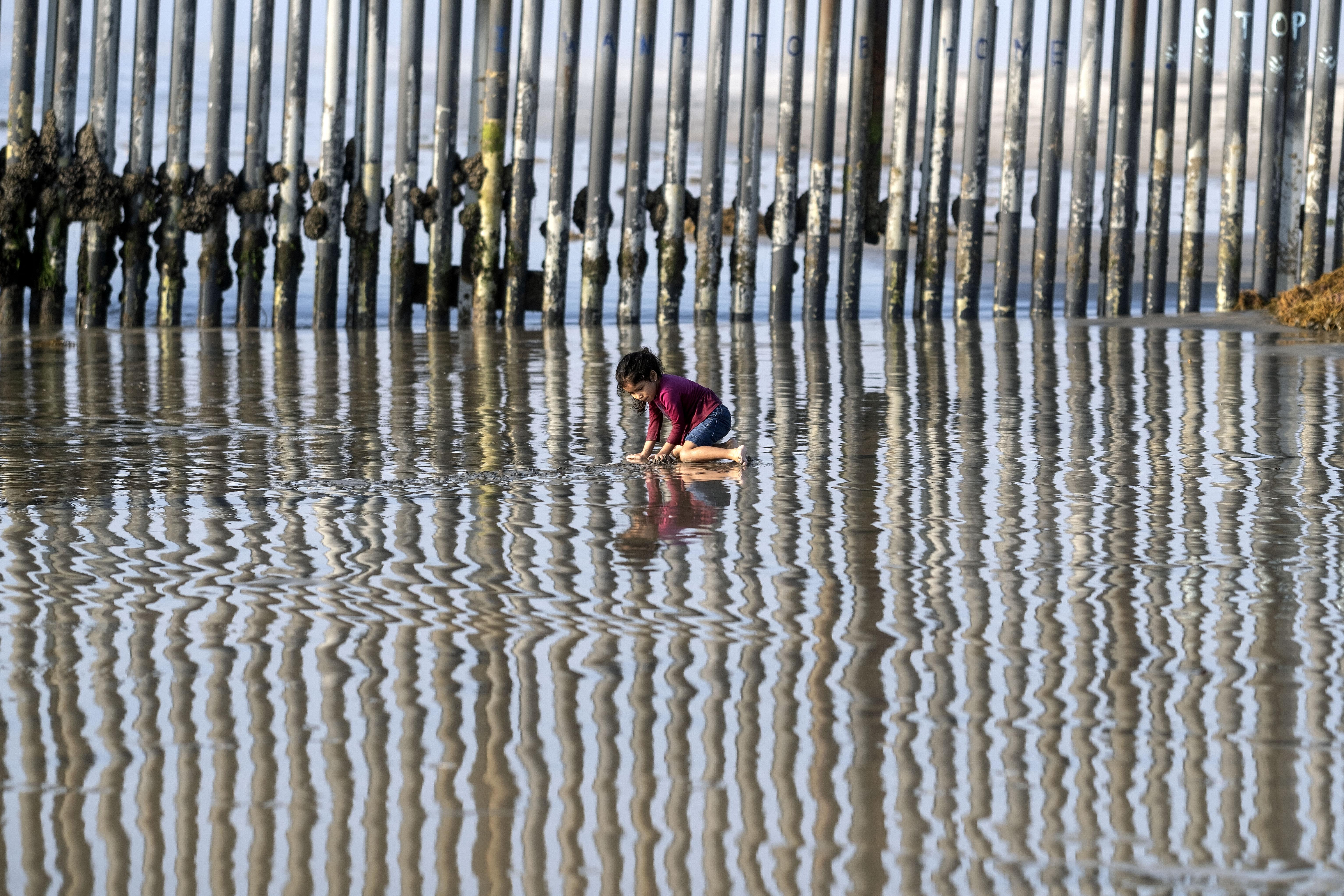 Una niña juega en Playas de Tijuana cerca de la frontera entre Estados Unidos y México en Tijuana, estado de Baja California, México, el 3 de octubre de 2020, en medio de la pandemia del coronavirus COVID-19.