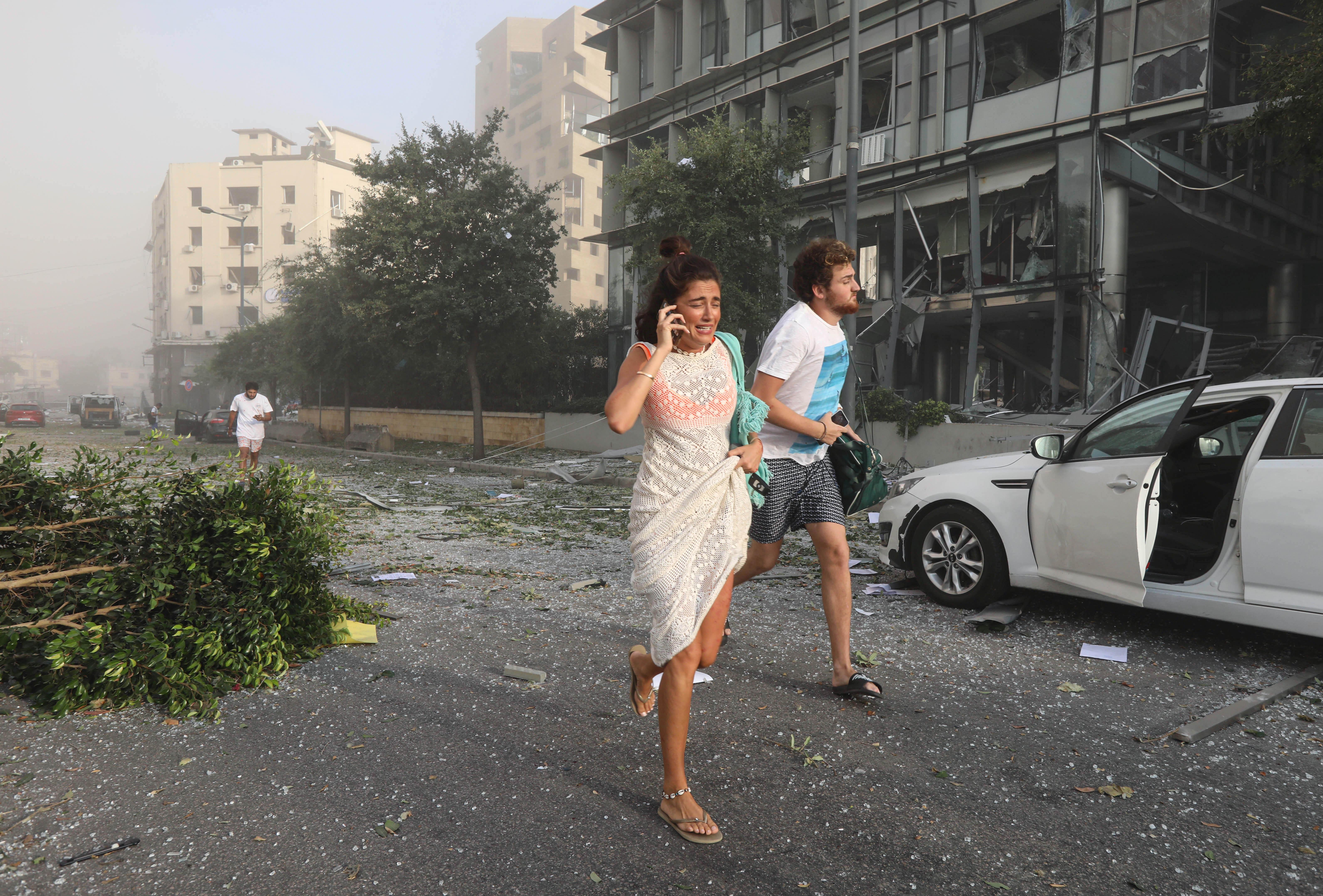 La gente corre para cubrirse tras la explosión en la zona portuaria de Beirut (Reuters/ Mohamed Azakir)