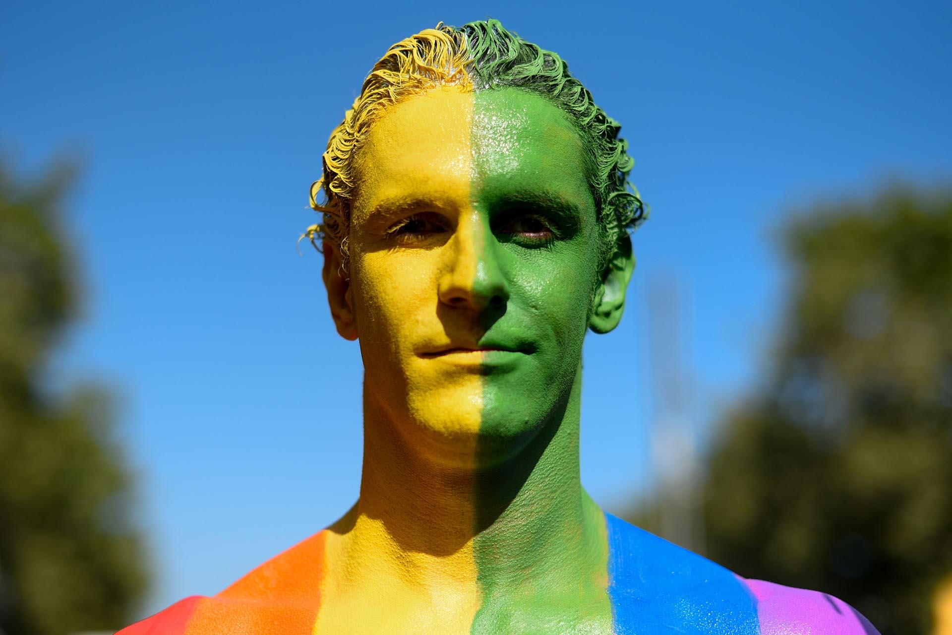 Un participante cuyo cuerpo está pintado con los colores de la bandera del arco iris participa en el desfile del Orgullo en Barcelona el 29 de junio de 2019.