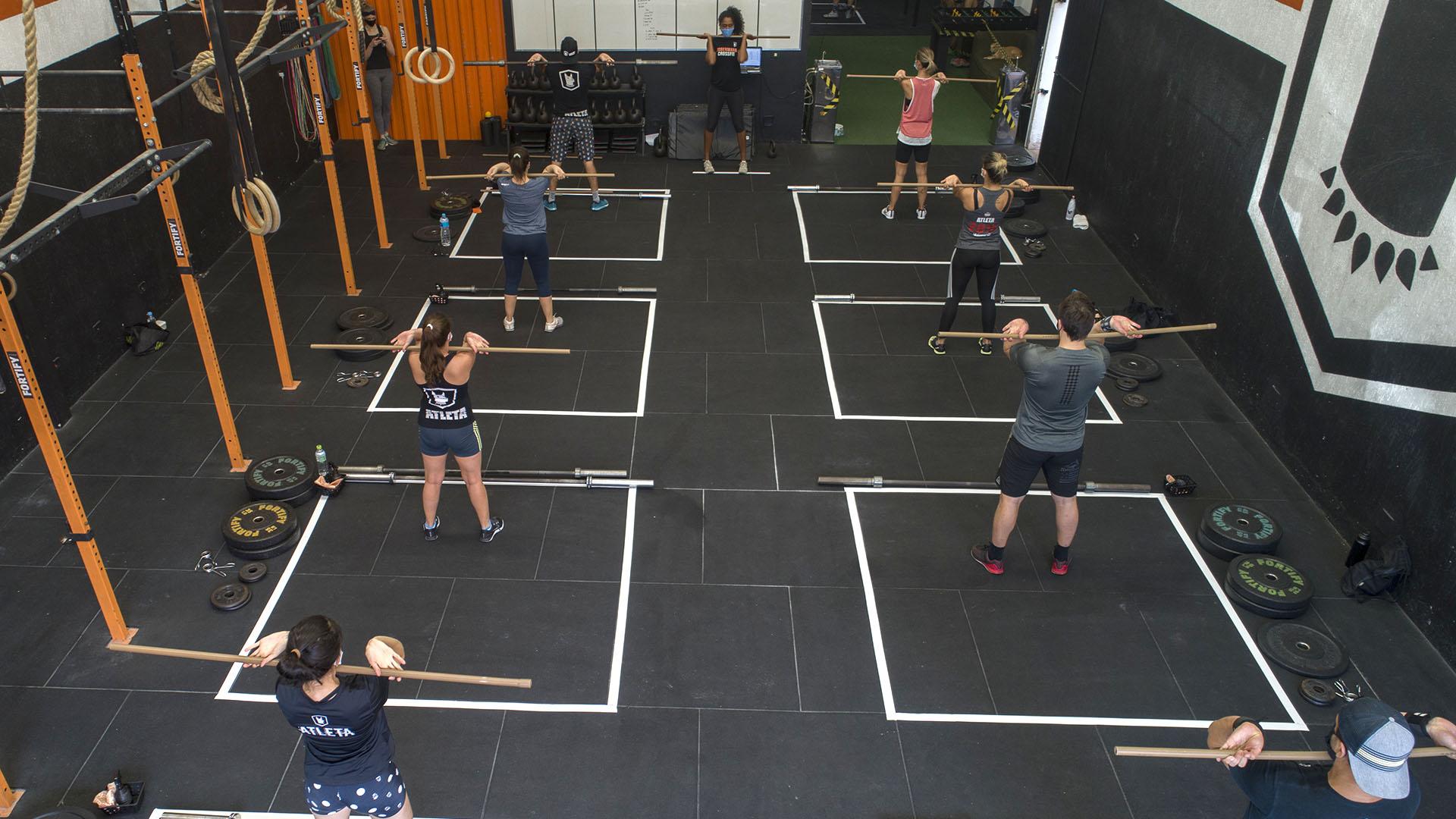 Gente haciendo ejercicio en uno de los gimnasios que reabrió en San Pablo (AP/Andre Penner)