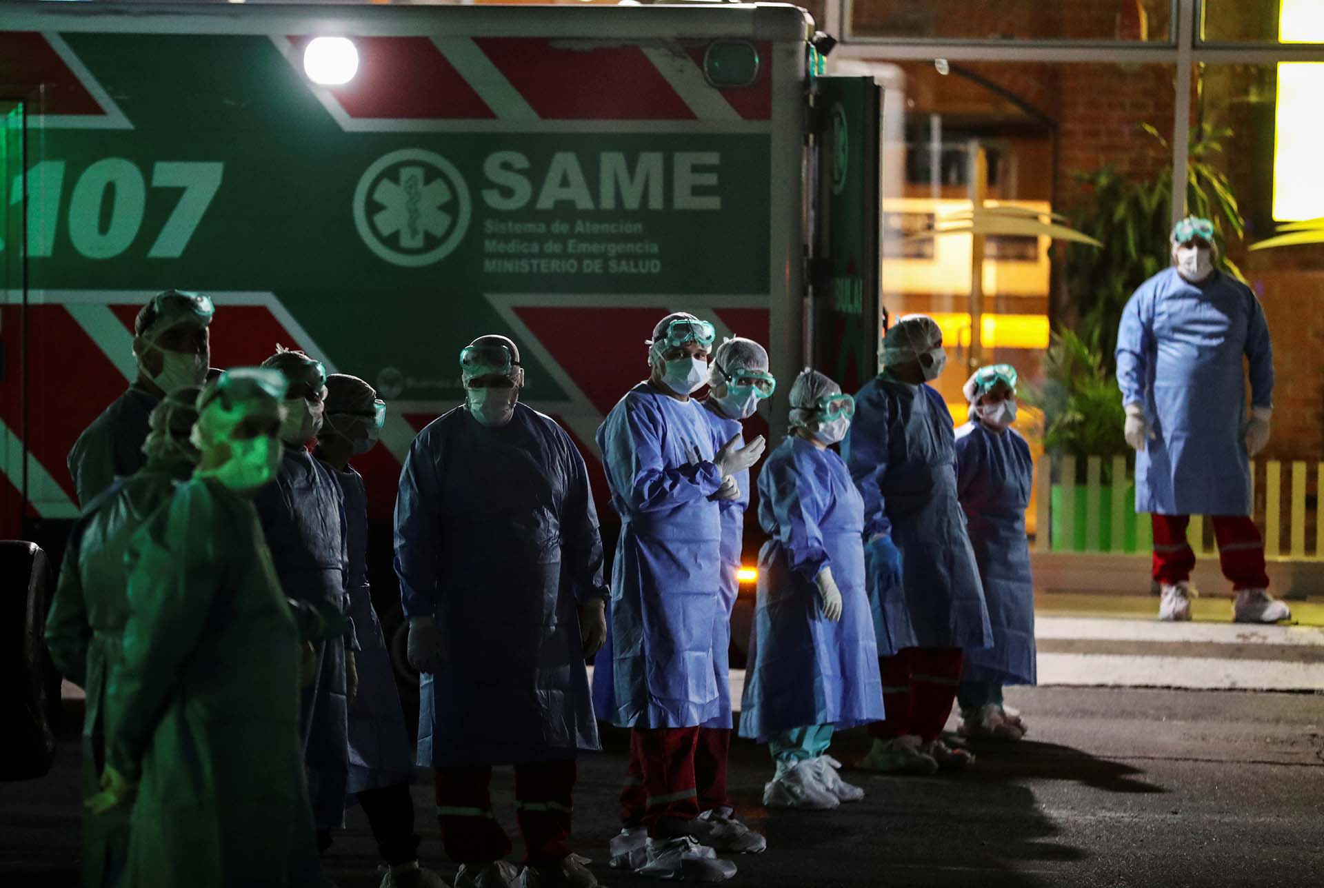 Personal médico con equipo de protección parados junto a ambulancias estacionadas cerca de la entrada de Buquebus, después de que se sospechara que un pasajero había contraído coronavirus