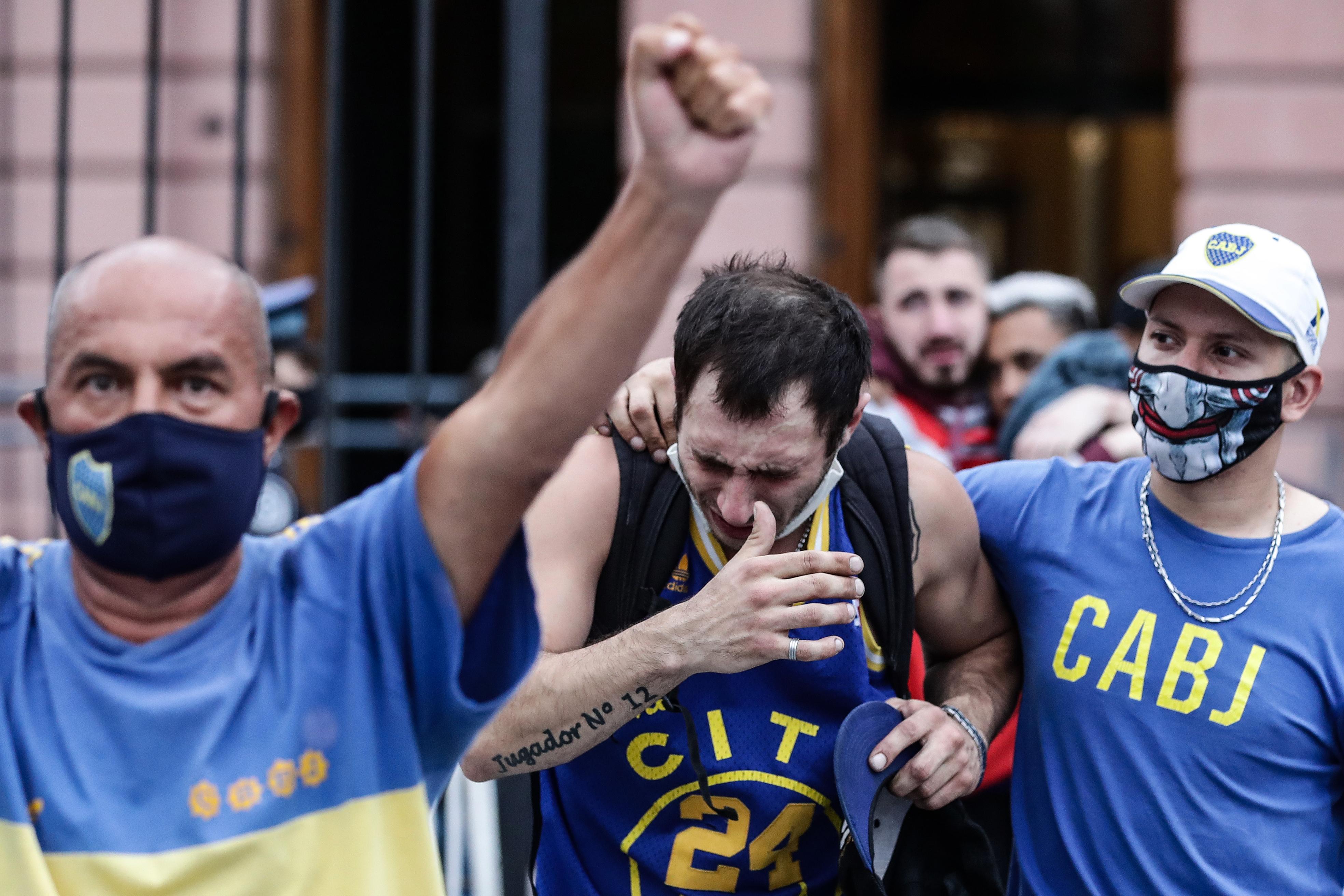 La gente no puede contener las lágrimas al retirarse de Casa Rosada