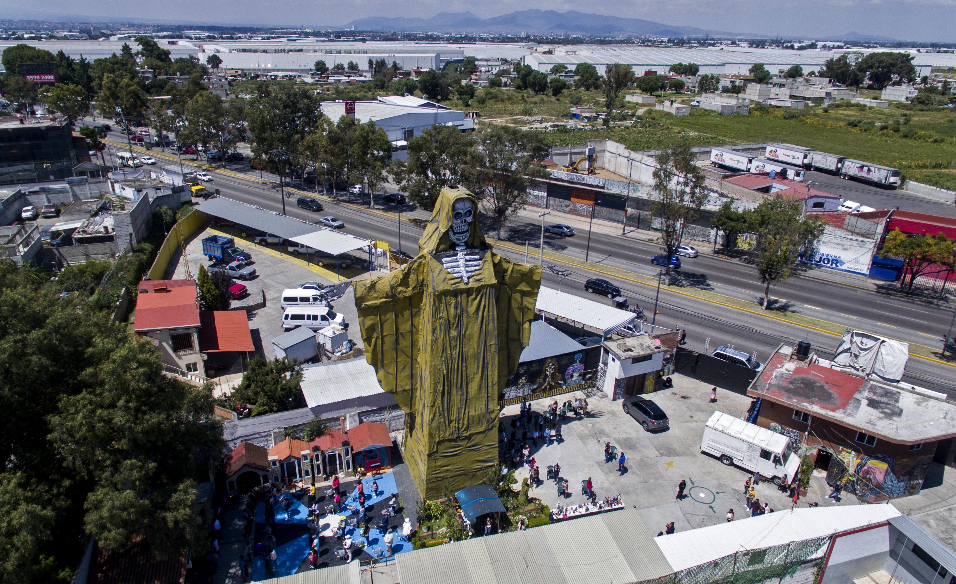 Vista aérea de una figura de la Santa Muerte de 22 metros de altura durante una ceremonia en el Santuario Internacional de la Santa Muerte en el municipio de Tultitlán, Estado de México, México, el 4 de octubre de 2020