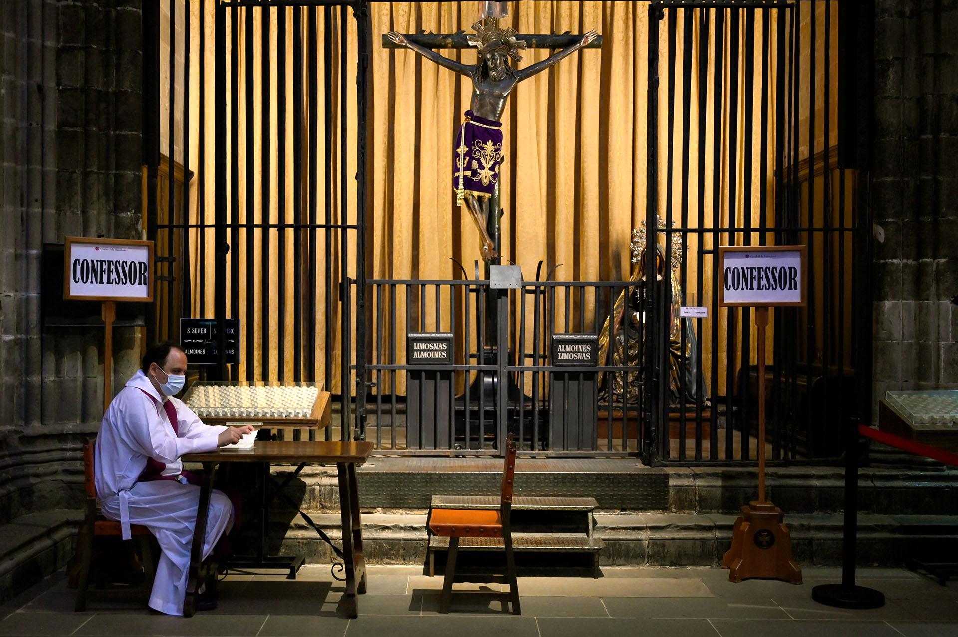 Un confesor espera a los fieles en la Catedral de Barcelona, en España.
