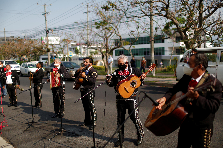 Los miembros del Mariachi America actúan frente a un hotel, utilizado como centro de cuarentena, como parte de la celebración del Día de la Madre en Antiguo Cuscatlán, San Salvador, El Salvador 10 de mayo de 2020. (Foto: REUTERS/Jose Cabezas)