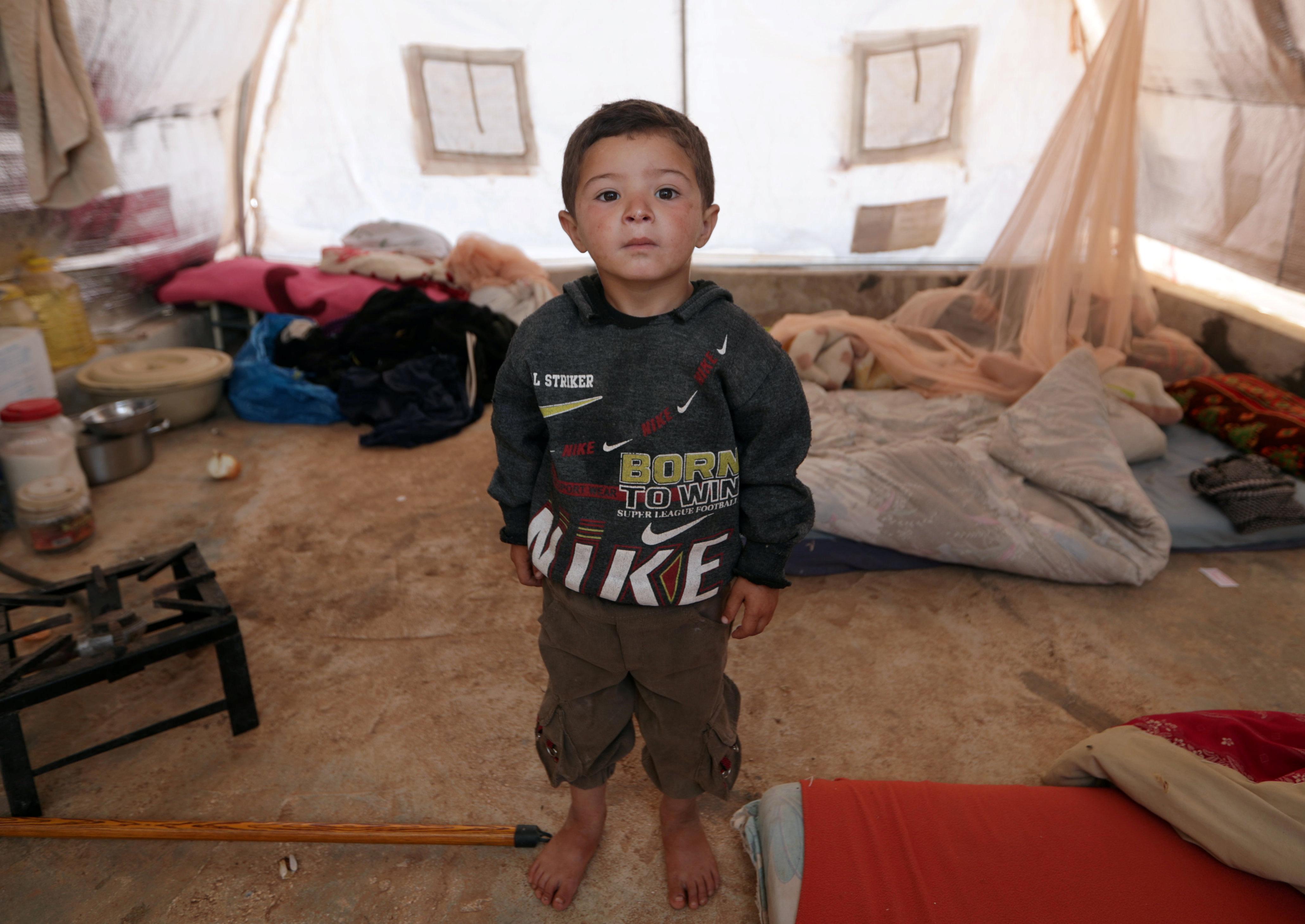"""Mahmoud al-Basha, un niño sirio refugiado de tres años, posa para una foto en una tienda de campaña en el campamento de Atmeh. """"Estos niños no saben el significado de un hogar, algunos no saben o han olvidado que una casa tiene una pared y una puerta"""", dijo Ashawi (REUTERS / Khalil Ashawi)"""