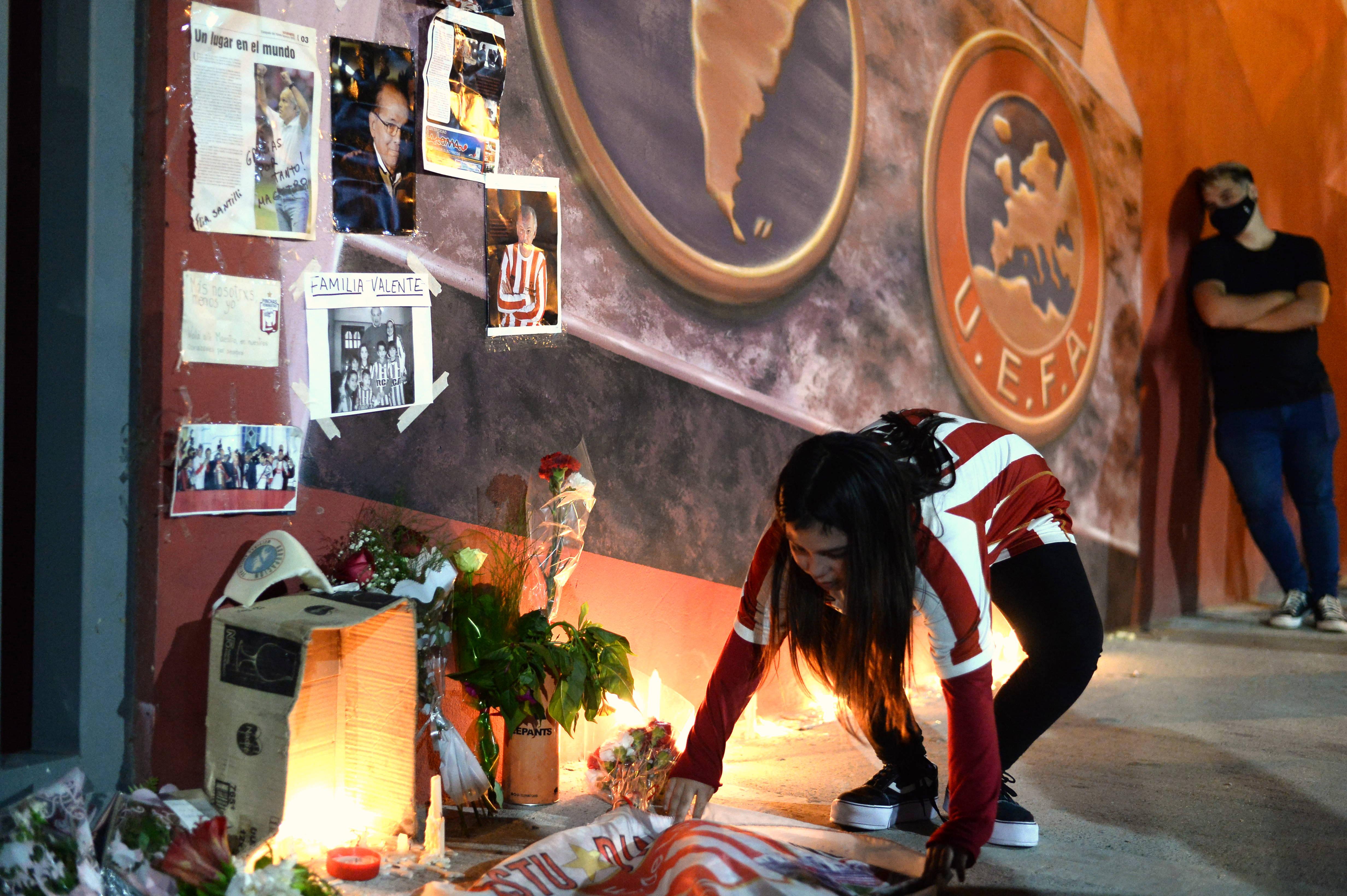 Decenas de hinchas se acercaron hasta el estadio de Estudiantes de La Plata para rendirle homenaje a Alejandro Sabella