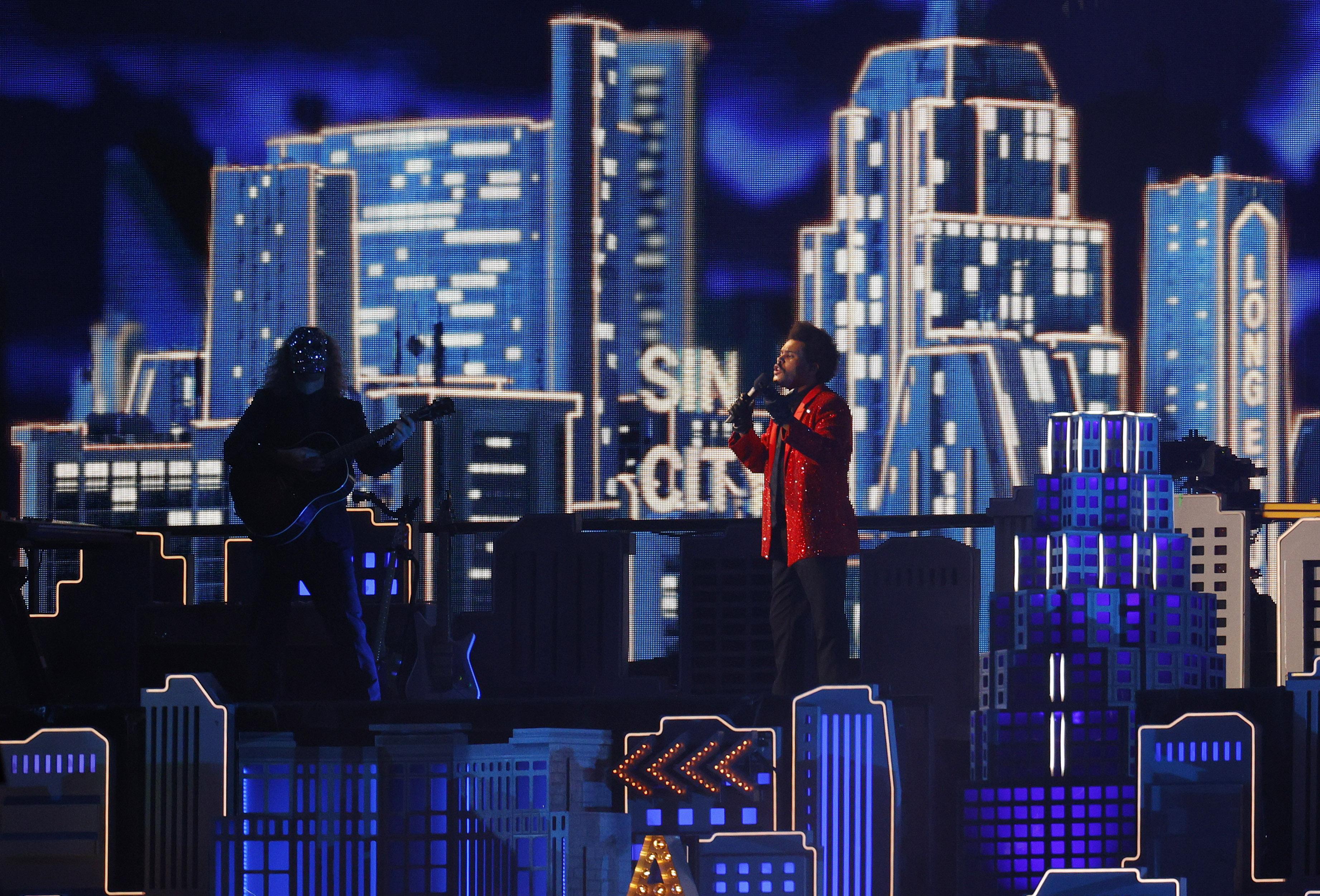 The weeknd inició su performance con Starboy y luego con The Hills
