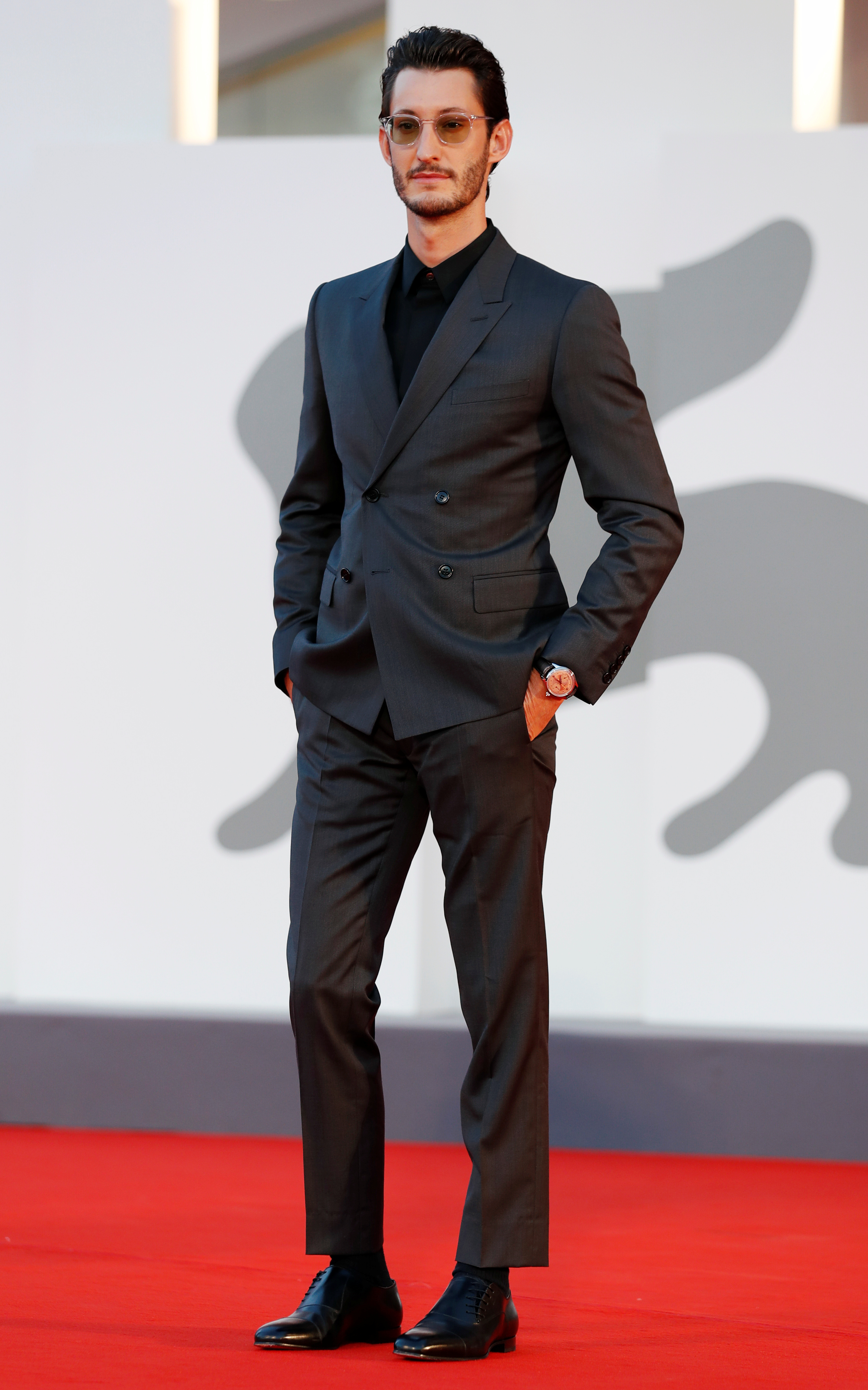 Pierre Niney apostó a un esmoquin de saco cruzado con camisa negra sin moño ni corbata