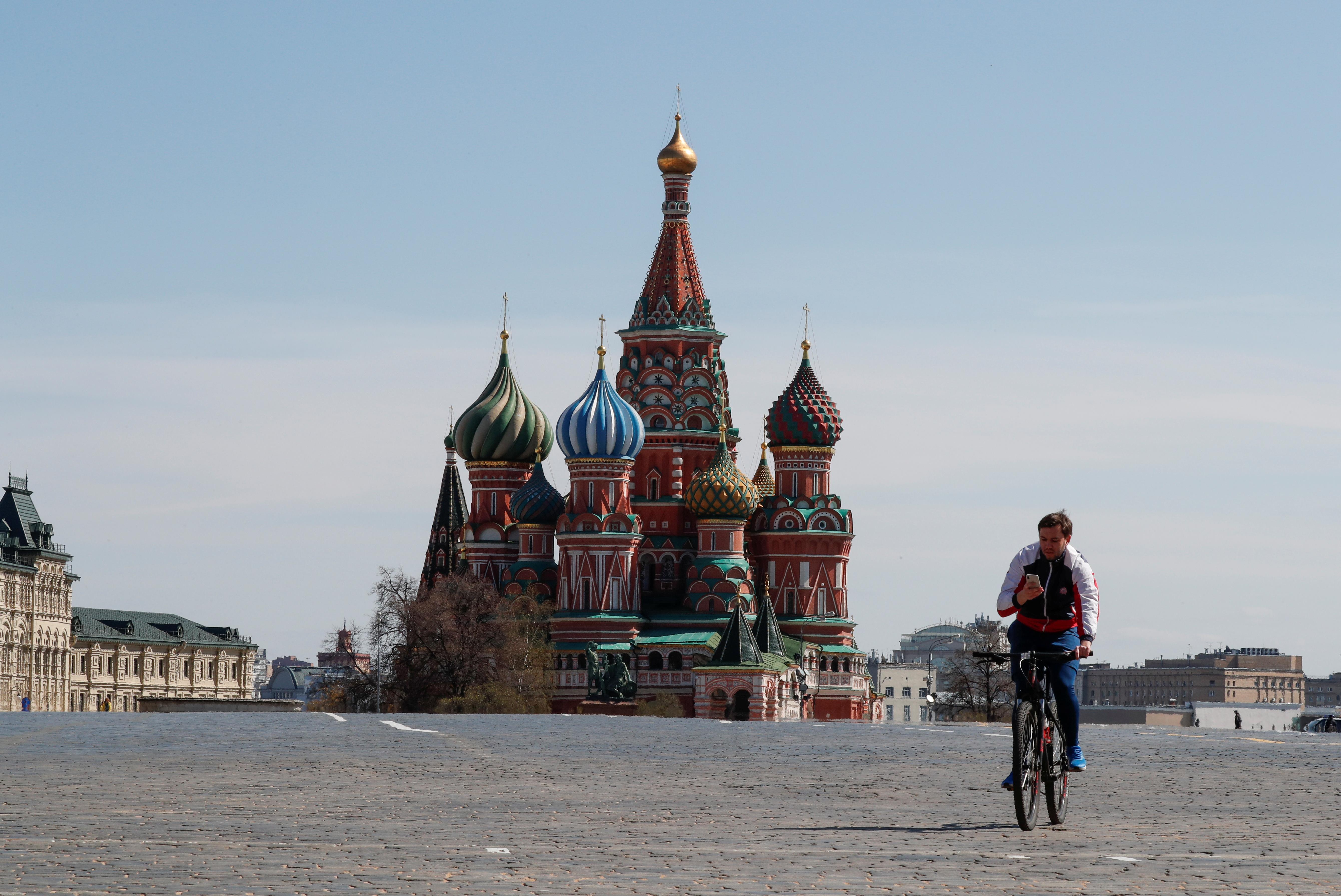 Un hombre solitario conduce su bicicleta por las calles de Moscú (REUTERS/Shamil Zhumatov)