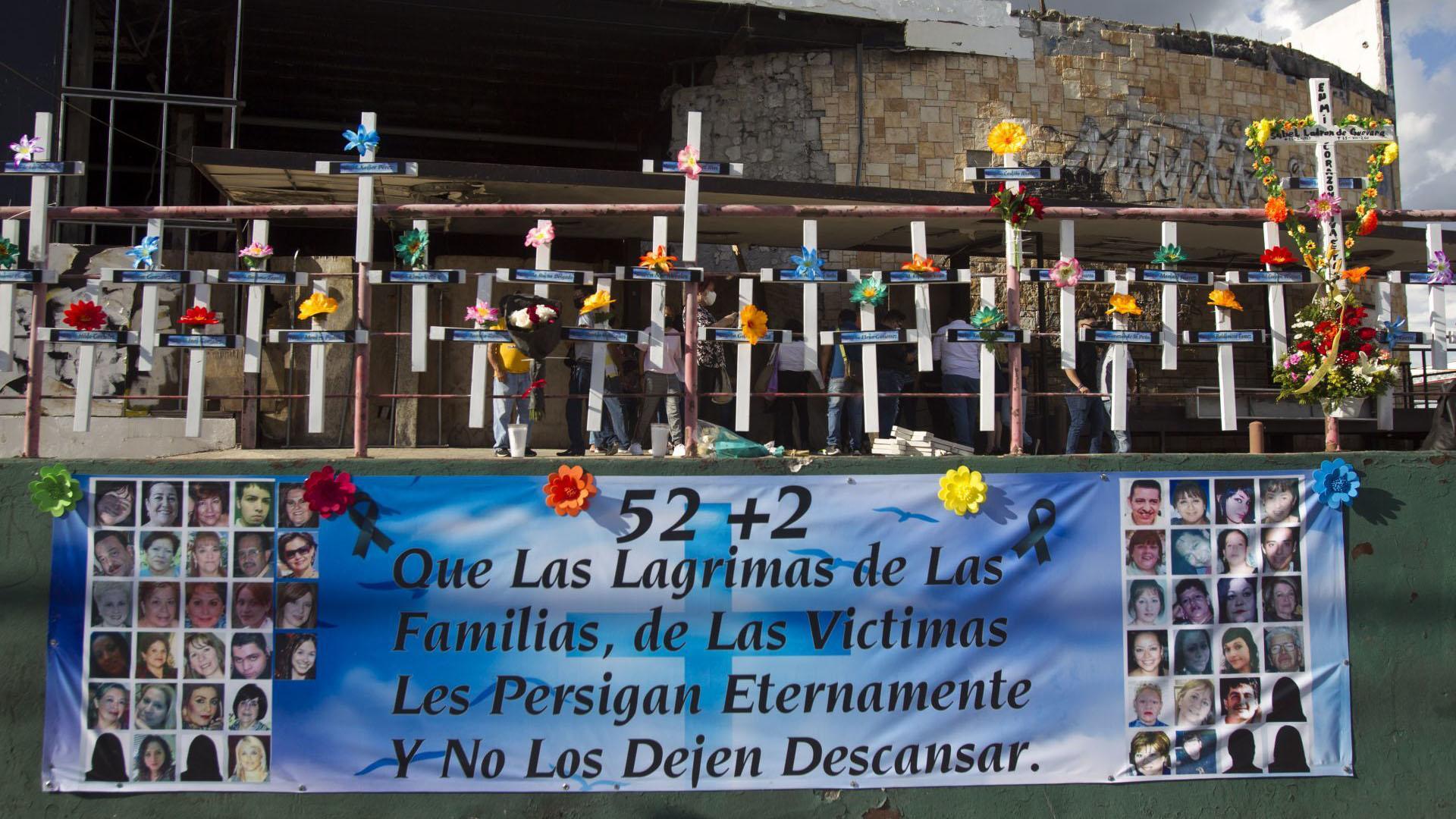 Familiares de las víctimas del atentado del Casino Royale, acudieron a las afueras del lugar para encender velas y orar, a nueve años de los hechos donde murieron 52 personas, incluyendo a dos mujeres embarazadas (Foto: Cuartoscuro)