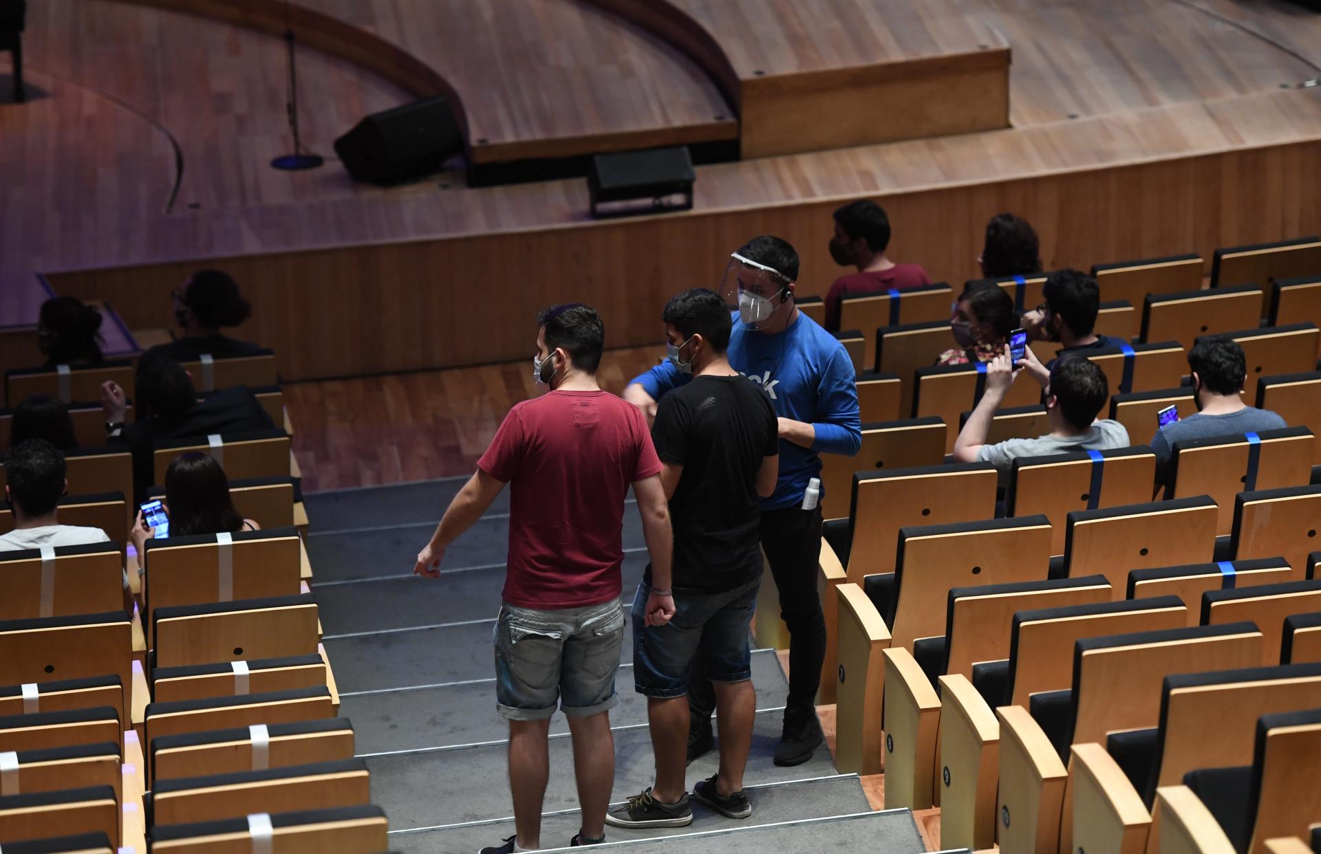Una vez dentro de la sala, el personal del CCK ayudaba a los miembros del público a encontrar sus asientos para asegurar el distanciamiento social (Maximiliano Luna)