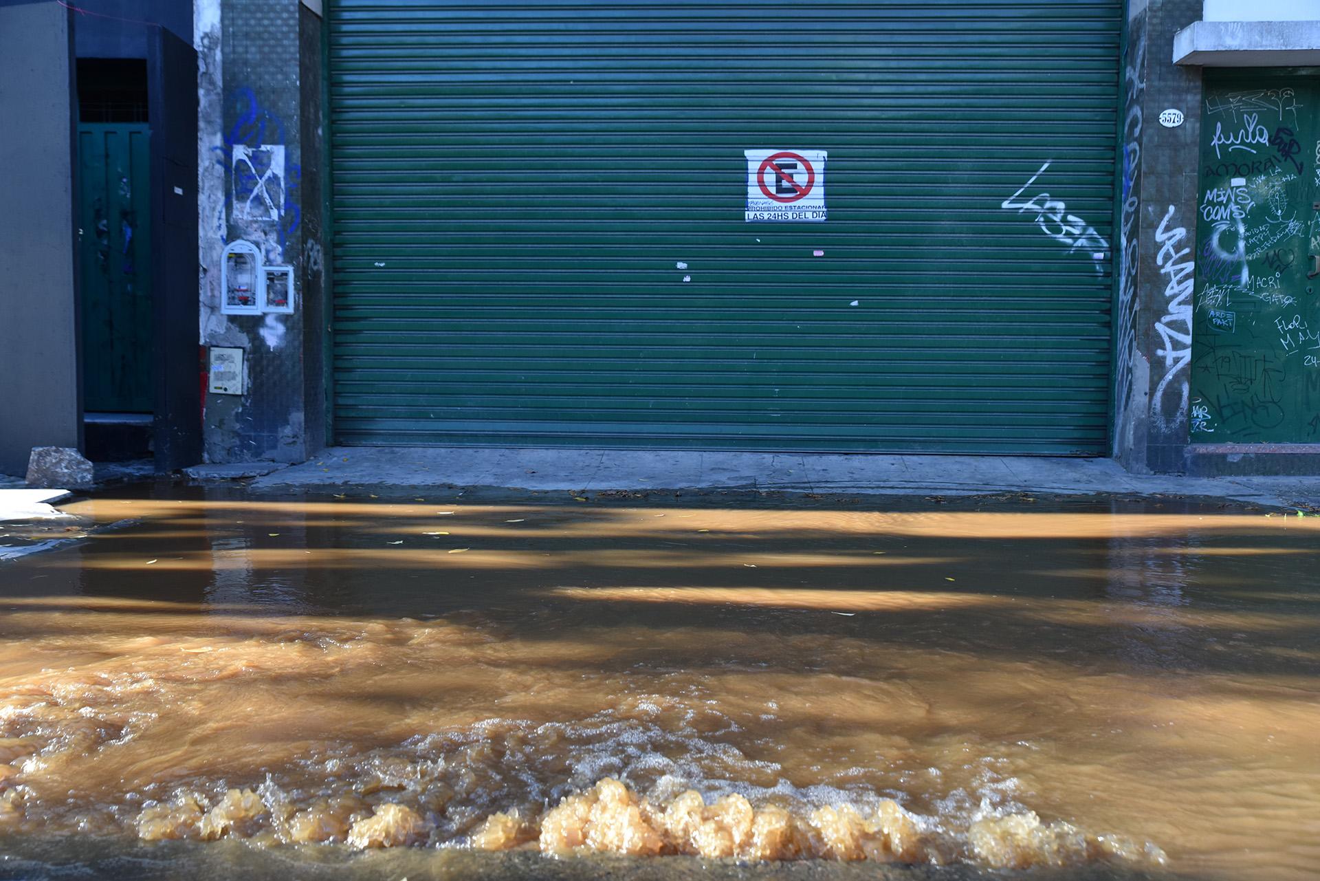 El agua marrón comenzó a inundar las veredas de la intersección