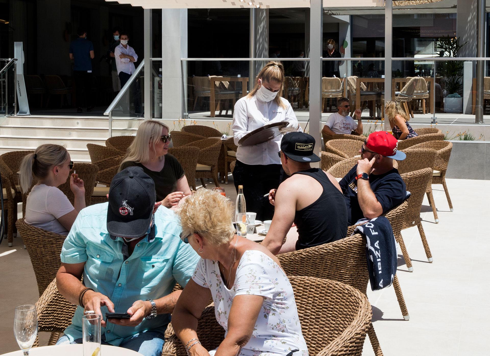 Turistas alemanes en el bar de un hotel en Palma de Mallorca.