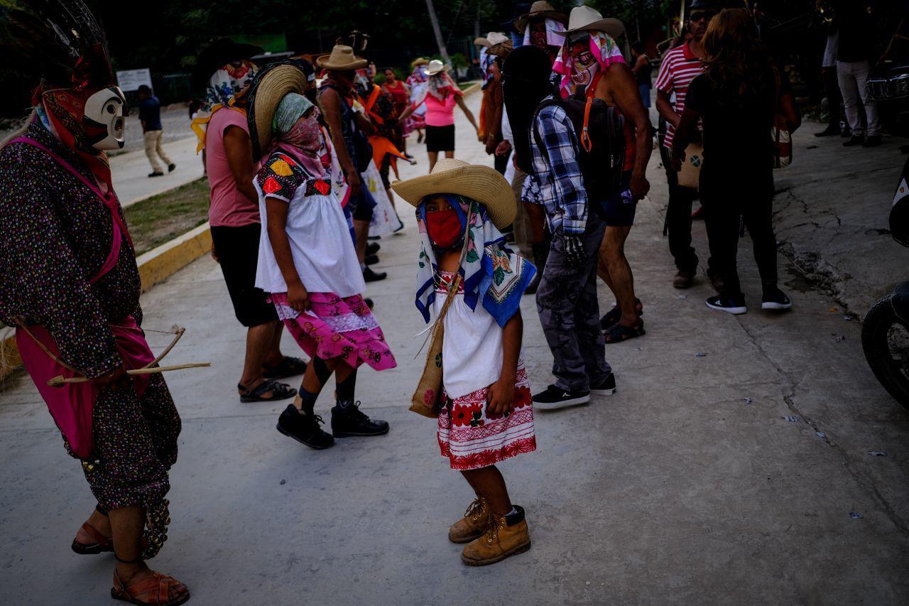 Jaltocán, Hidalgo, México. 1 de noviembre de 2020. Pobladores del municipio de Jaltocán, en la Huasteca Hidalguense, llevan a cabo la fiesta tradicional de día de muertos llamada