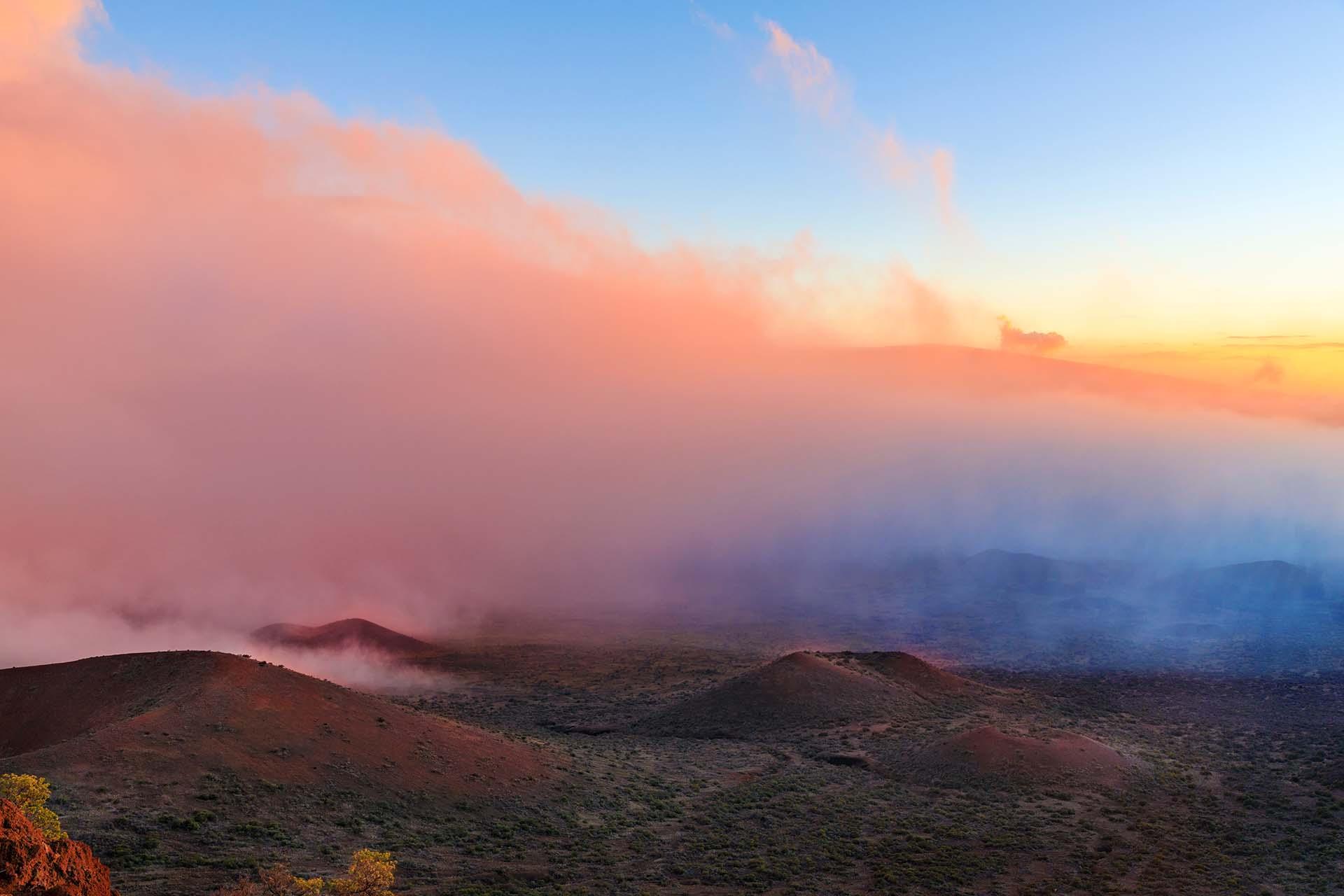 Mientras que el Monte Everest alcanza la altitud más alta, la montaña más alta, Mauna Kea, se encuentra en Hawai. Medida desde su base en el fondo del océano hasta la cumbre, Mauna Kea supera los 10.000 m de altitud, siendo por tanto más alta que el Monte Everest