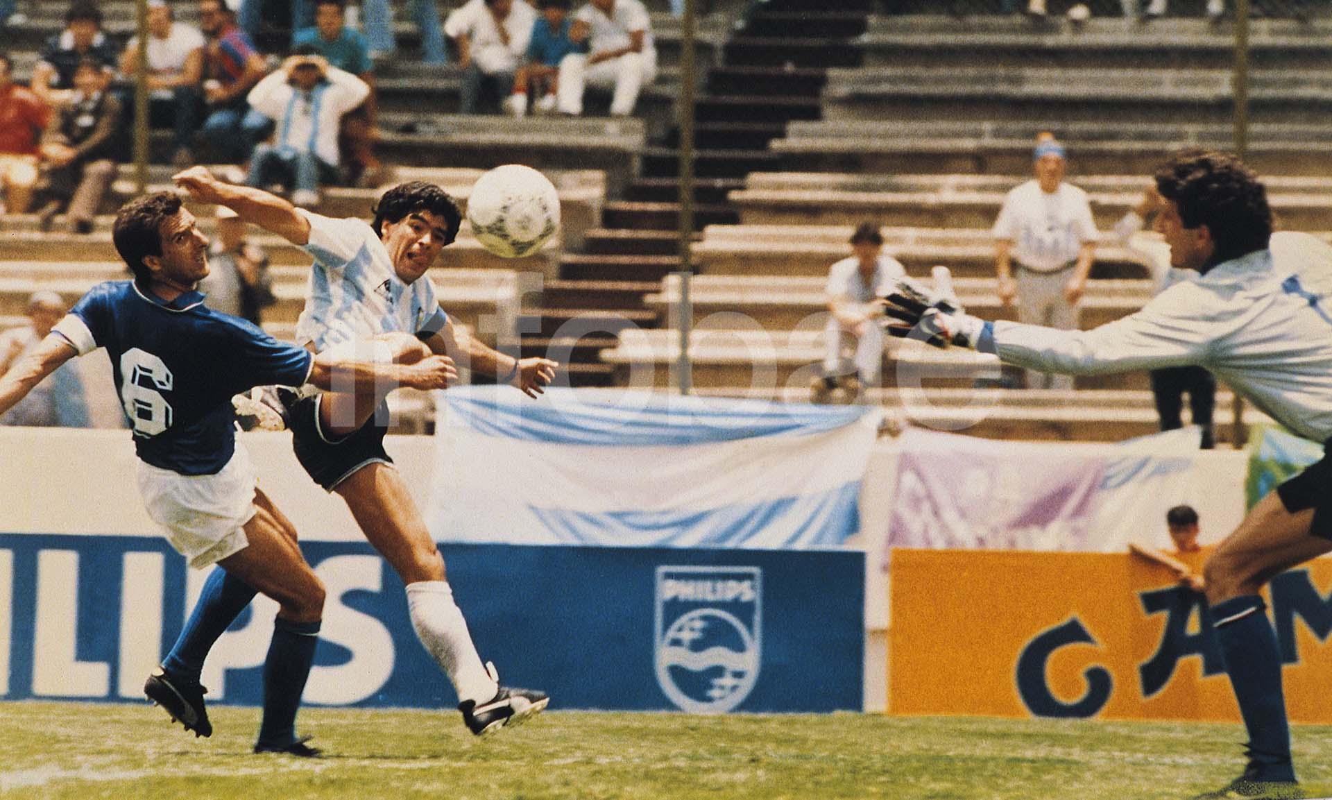Diego Maradona convierte un gol ante Italia en México 1986, su Mundial consagratorio
