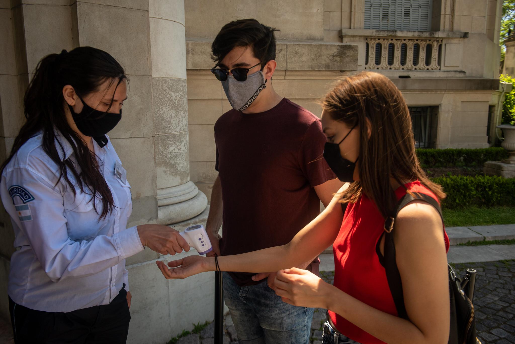 Al igual que sucede en los otros museos, el personal controla la temperatura de quienes ingresan (Ministerio de Cultura)