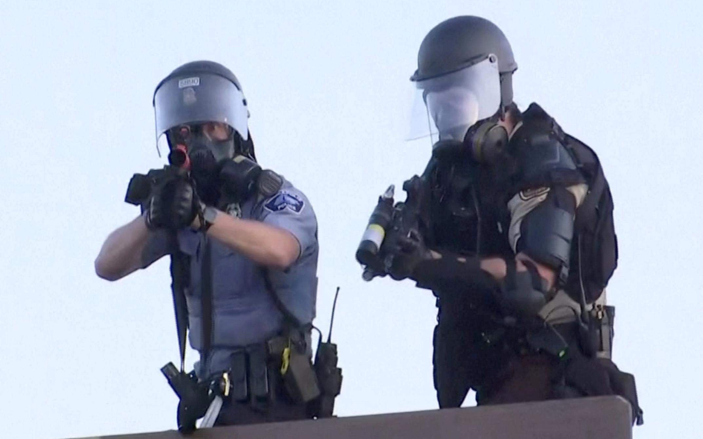 Policías apuntan a manifestantes en Minneapolis