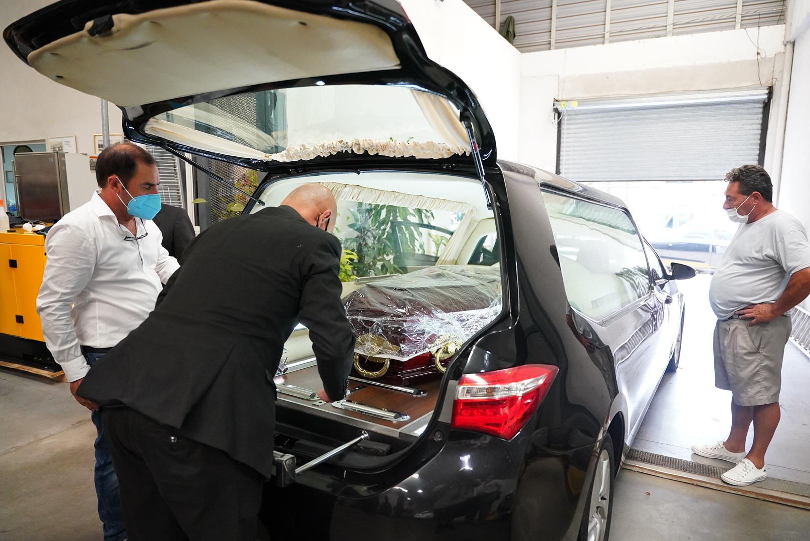 Los restos de Cupeiro ya ubicados en el coche fúnebre.