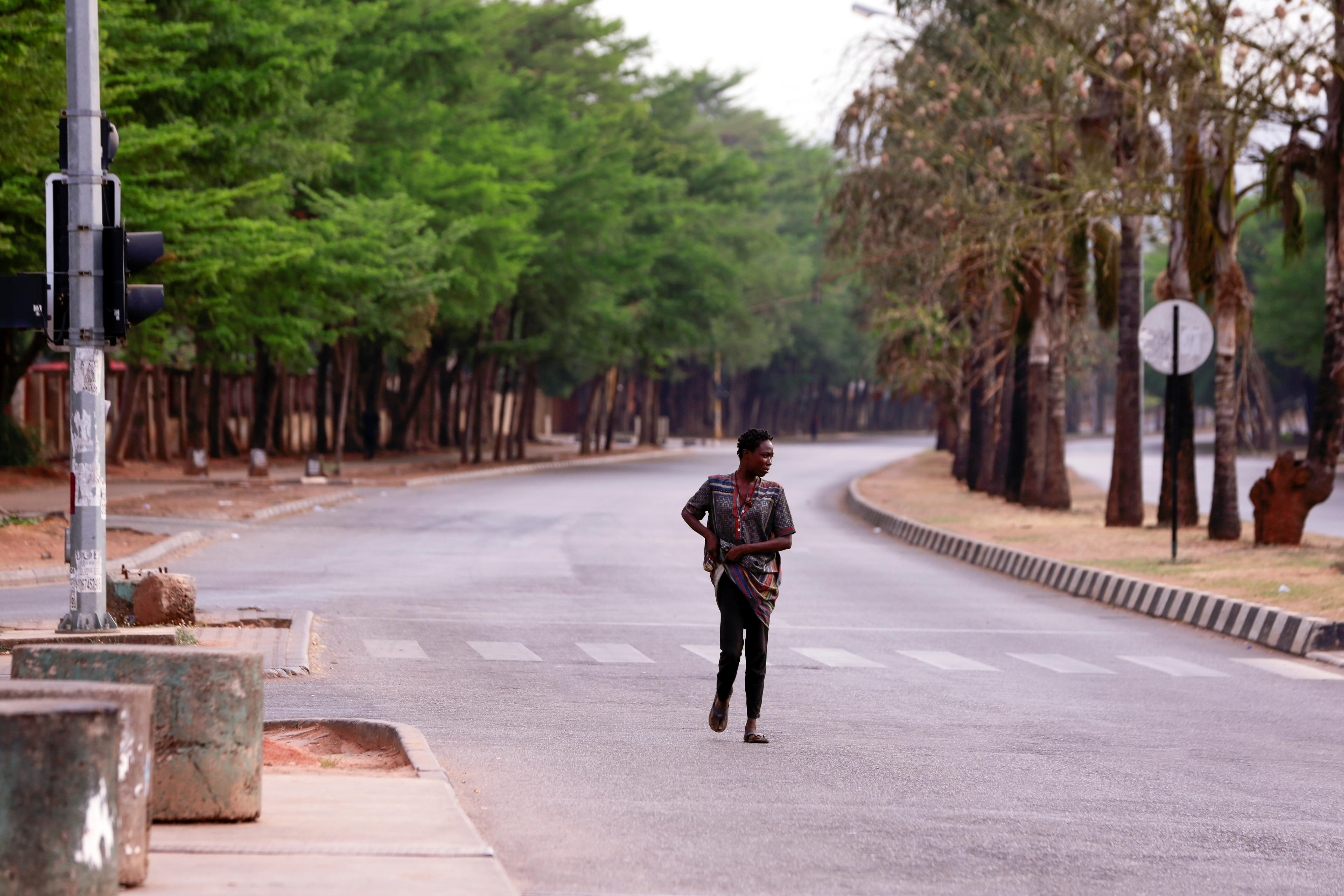 Un poblador camina por una calle desierta en Abuja, Nigeria (REUTERS/Afolabi Sotunde)