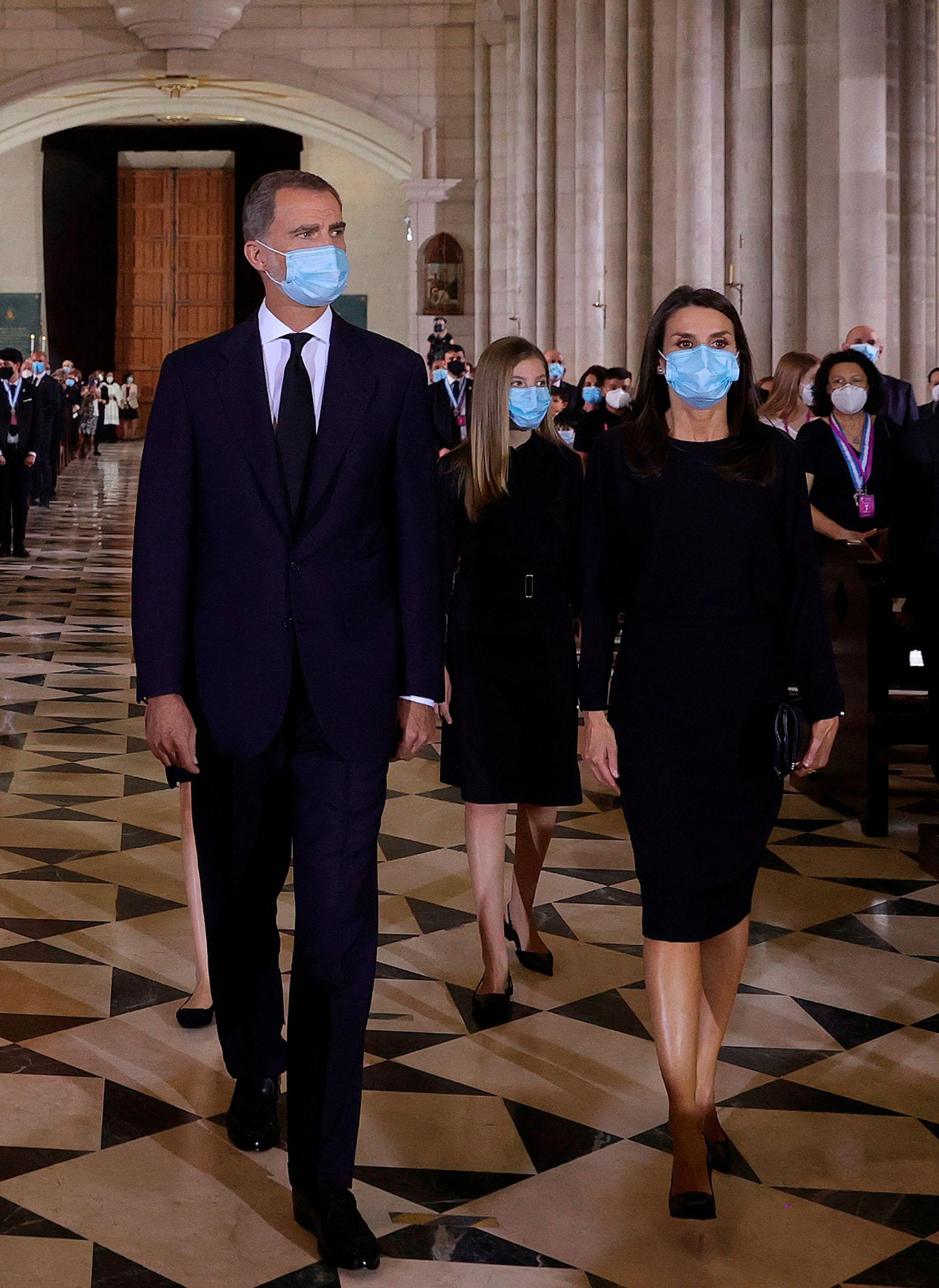 Los monarcas llegaron acompañados por sus dos hijas, las princesas Leonor y Sofía, quienes caminaron detrás de ellos