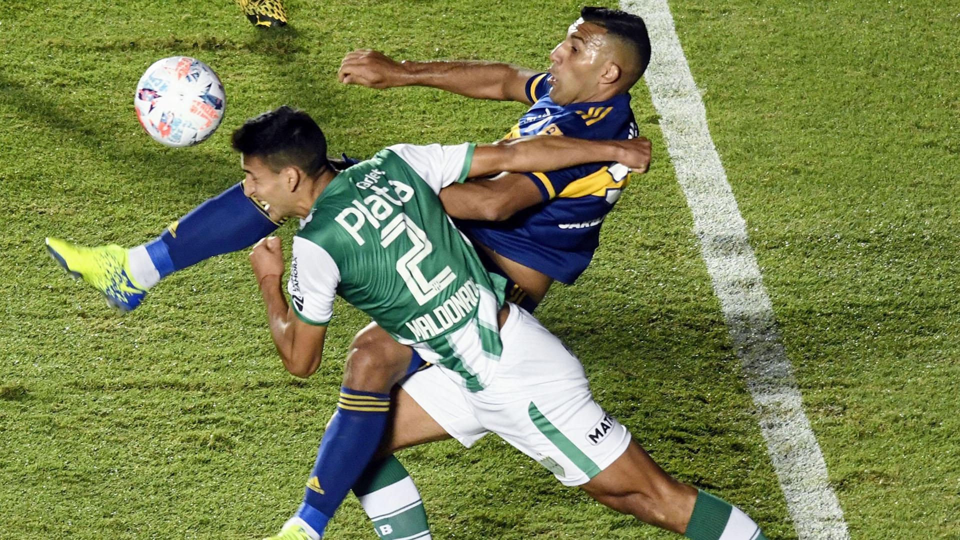 Wanchope y Maldonado disputan el balón. El delantero pidió penal