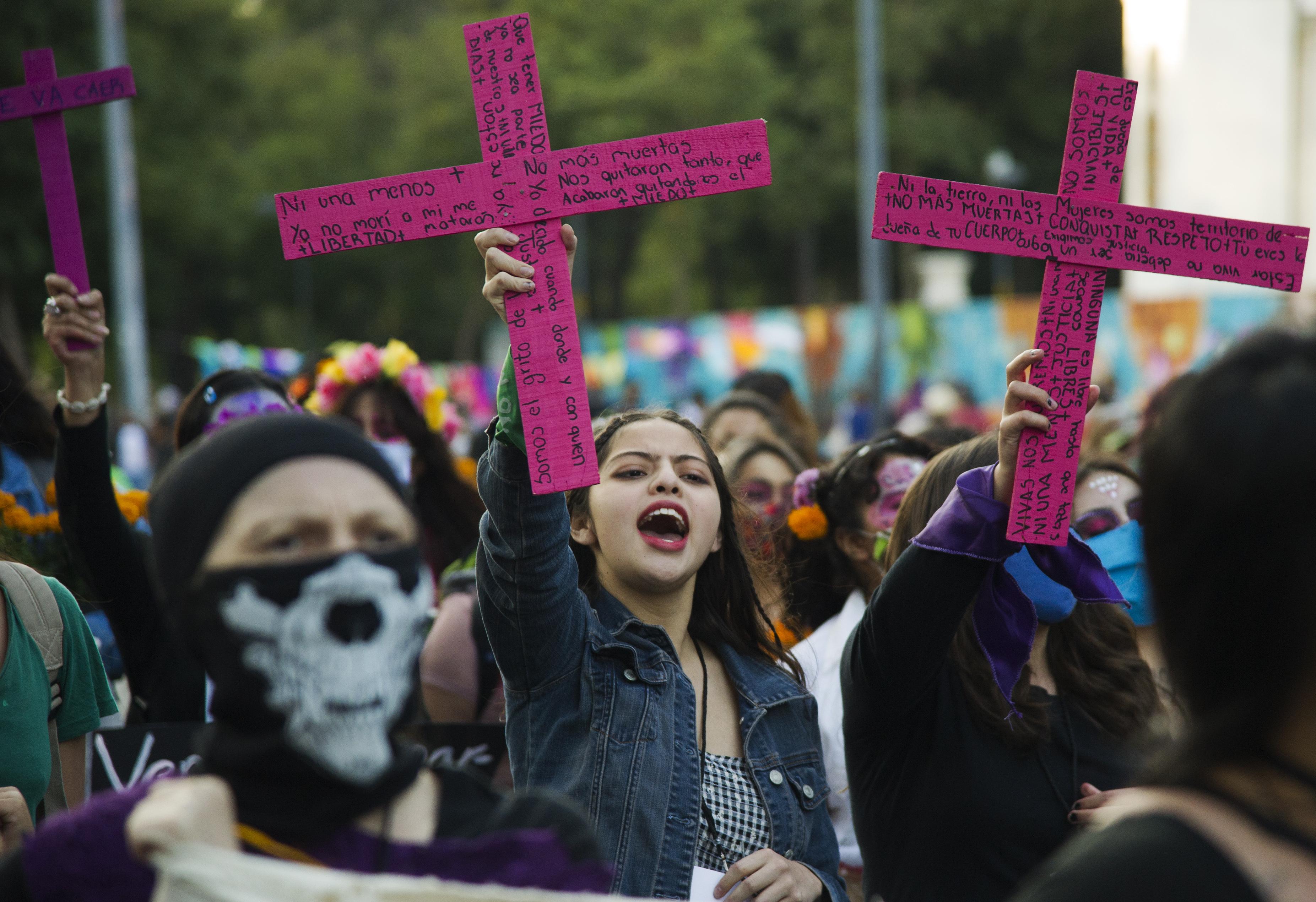 Manifestantes participan en la marcha