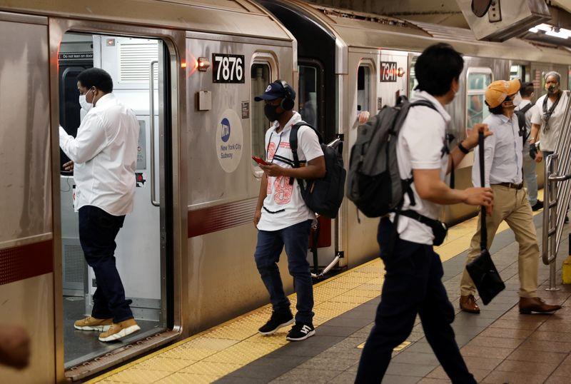 El metro de Nueva York comenzó a transportar más pasajeros este lunes, en la vuelta de miles al trabajo