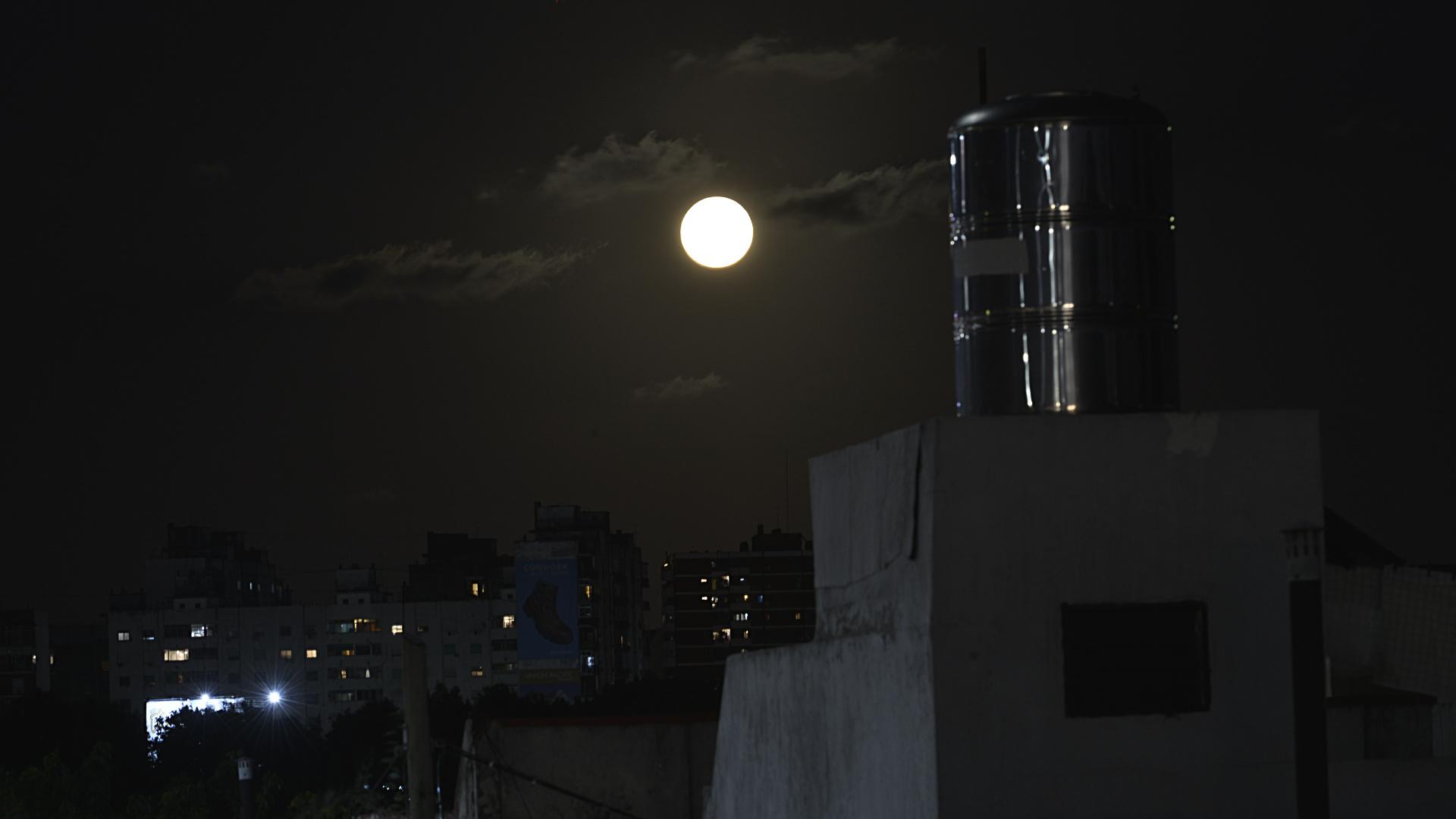 Si bien ya no se podrá presenciar el eclipse, la luna continuará apareciendo llena hasta la mañana de este martes